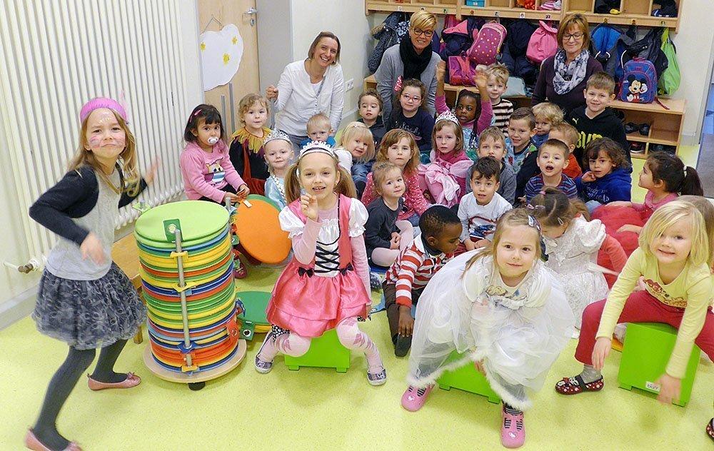 In St. Urbanus feiern die Kinder nun zu Karneval mit den neu angeschafften Trommeln und neue Sitzkissen laden  zu Singkreisen ein.