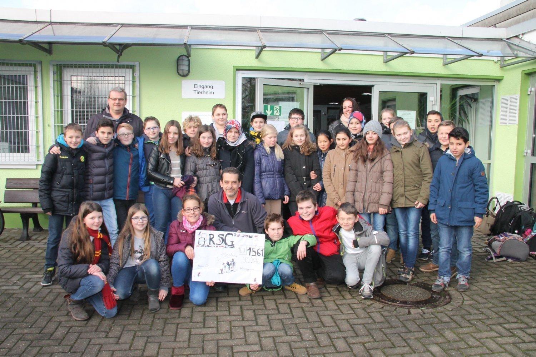 Sechstklässler übergeben 1.561 Euro-Spende ans Tierheim