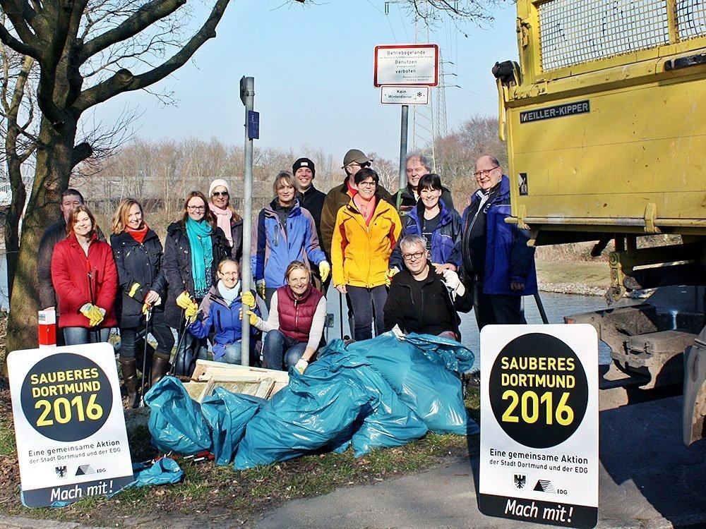 Das Team des Umweltamtes am Einsatzort in Deusen.