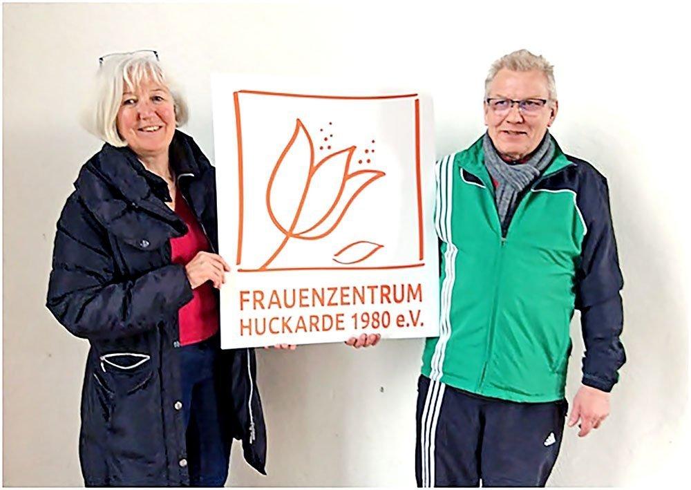 Helma Huste, Geschäftsführerin Frauenzentrum Huckarde e.V., überreichte das Logo an den Saalwart der IHV, Erwin Beyer.