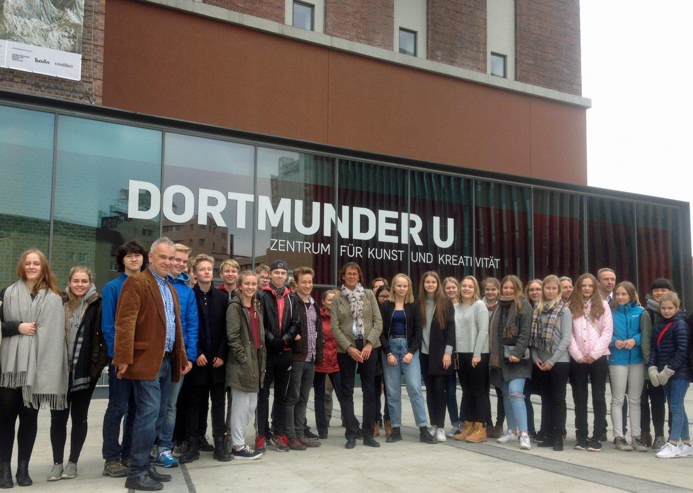 Bürgermeisterin Birgit Jörder mit den finnischen Jugendlichen. © Katrin Pinetzki/Stadt Dortmund