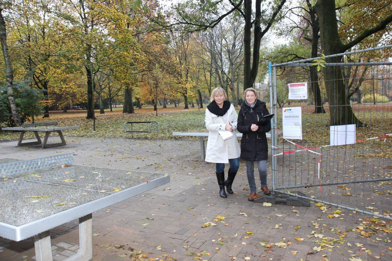 (v.l.) Helga Beckmann (Quartiersmanagement Rheinische Straße) und Ina Bahr (Stadt Dortmund, Abteilung Stadterneuerung) bei der Planung für die Einweihung © IN-StadtMagazine