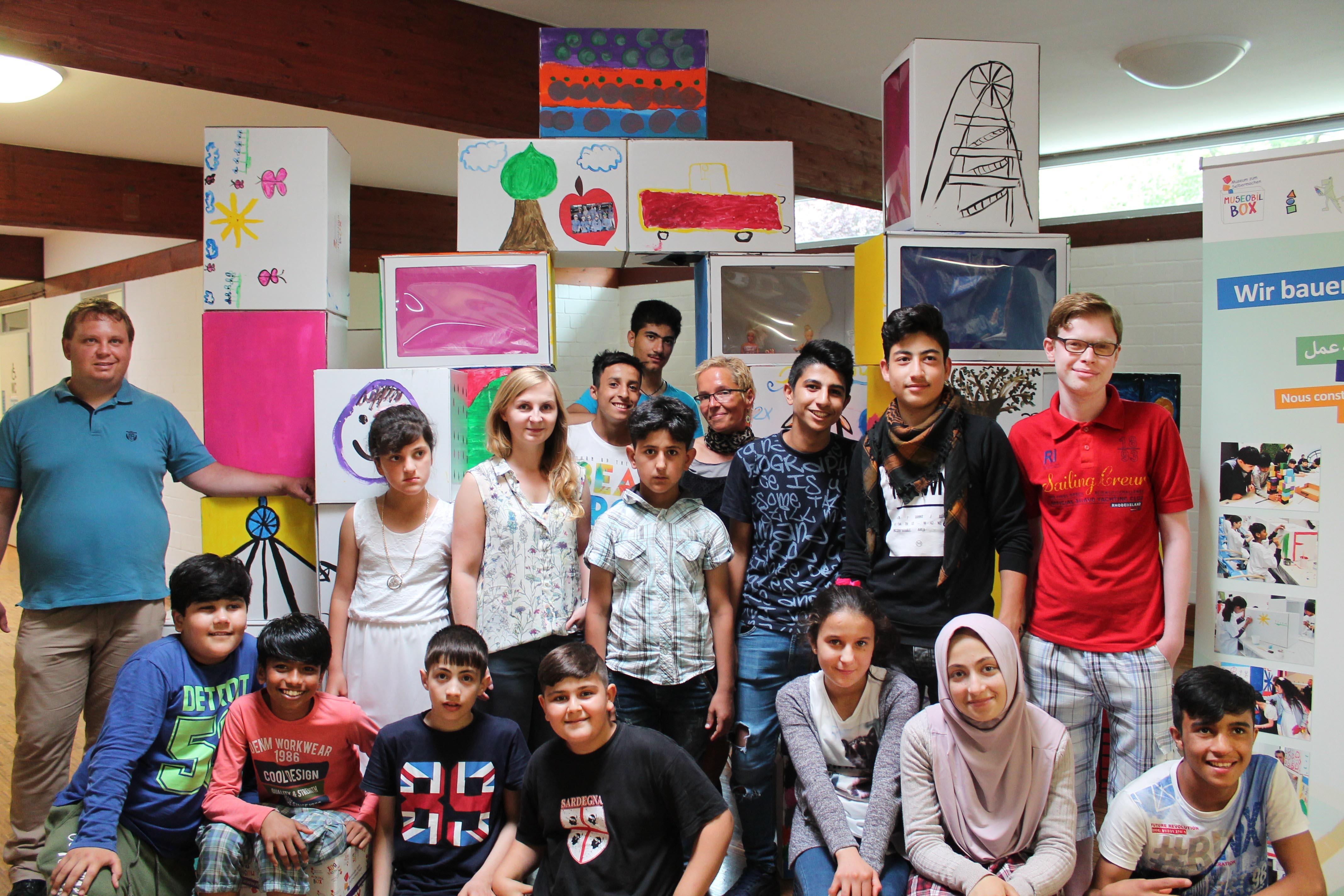 Kinder unterschiedlichster Nationen zeigen ihre Kunstwerke in der LWL-Klinik