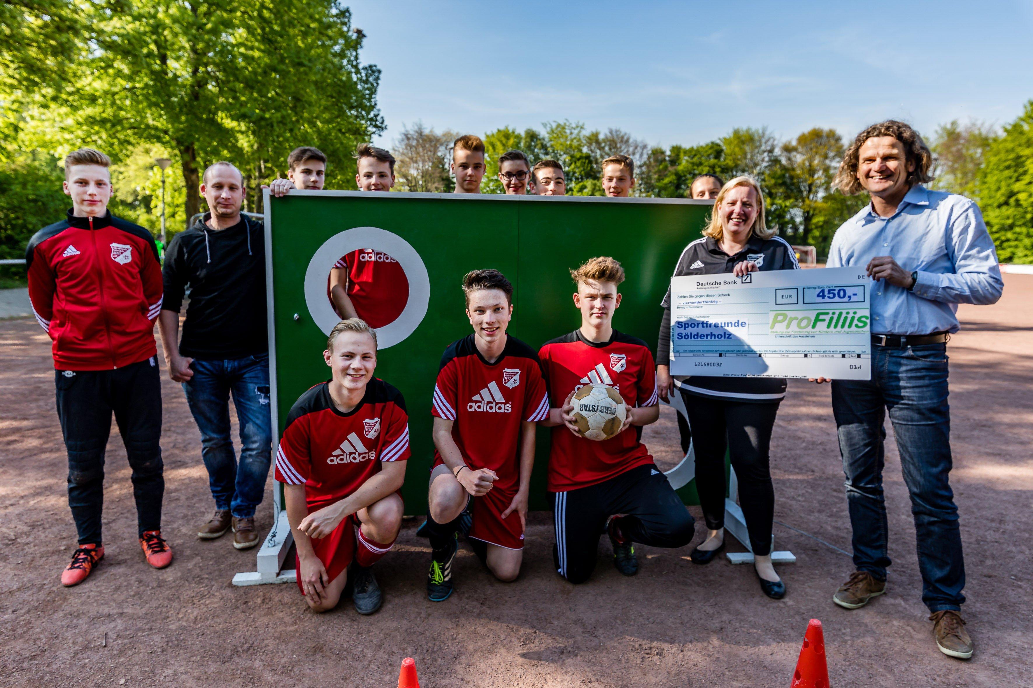(v. l.) Mitglieder der B-Jugend der SF Sölderholz, Anke Bohlander (Sportfreunde Sölderholz) und Thomas Schieferstein (ProFiliis). (Foto: Privat)