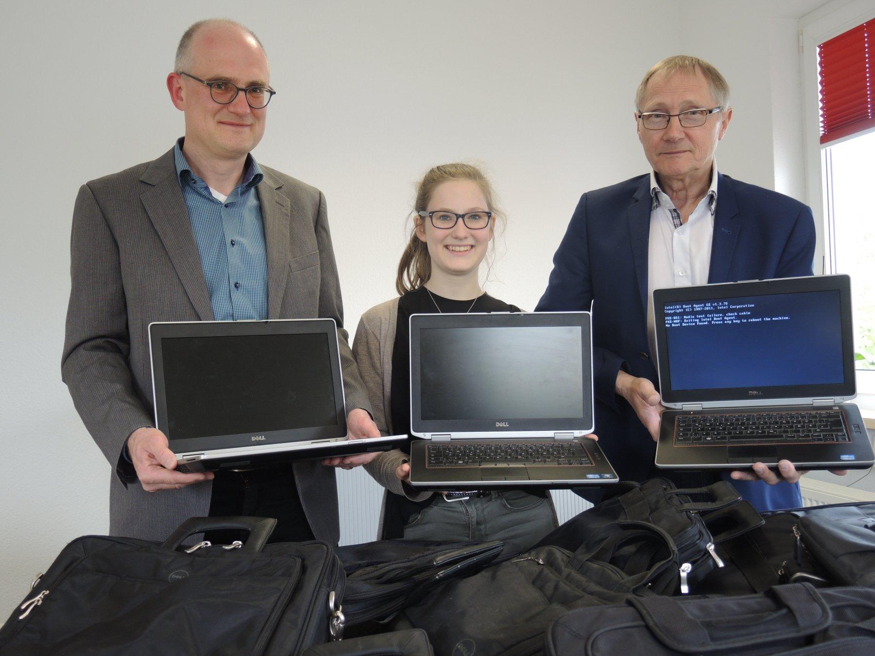 (v. l.) Ulrich und Paula Frey übergeben die Laptops an  Wolfgang Baumbach. (Foto: IN-StadtMagazine)