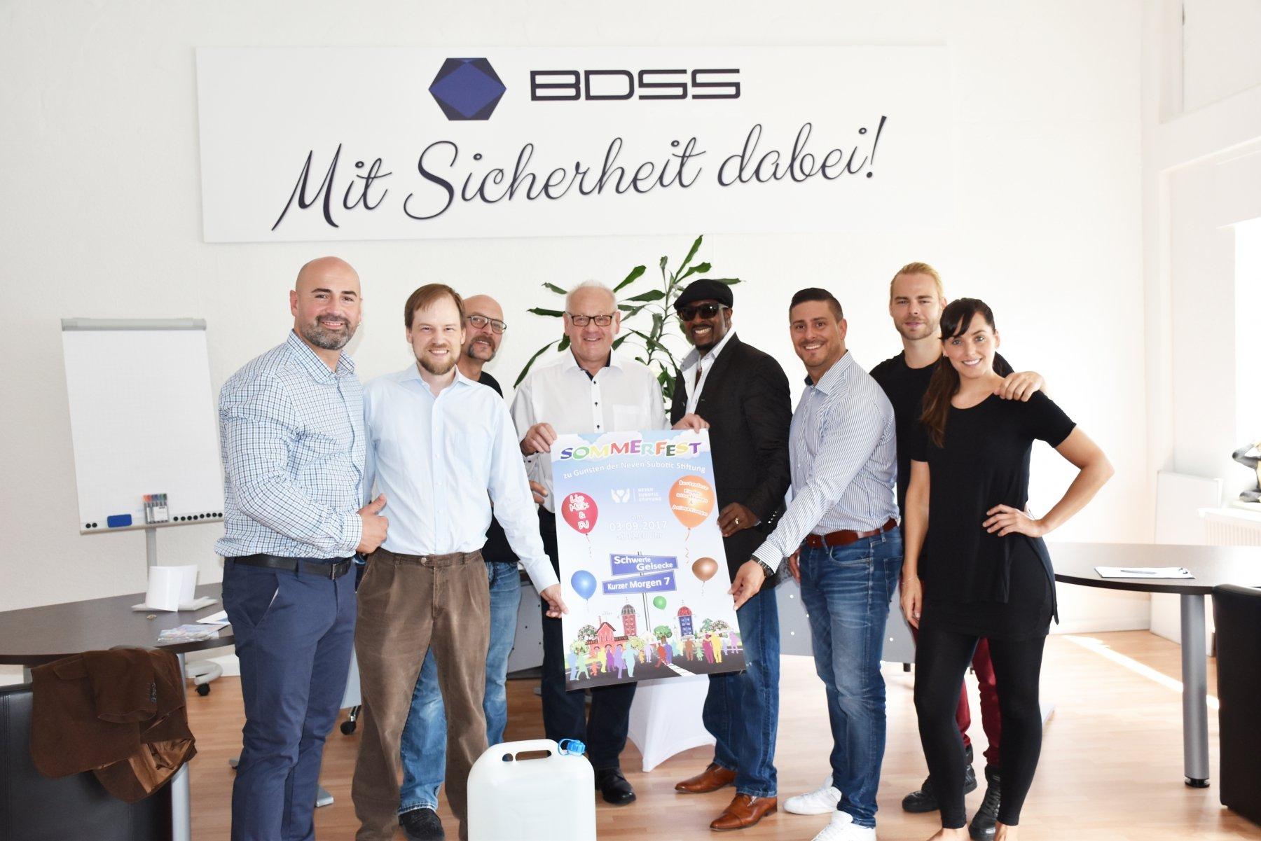 (v. l.) Dragisa Vukovic (Veranstalter BDSS Sicherheitsdienst) und Helge Döring (Neven Subotic Stiftung) stellen das Plakat zum Sommerfest vor.