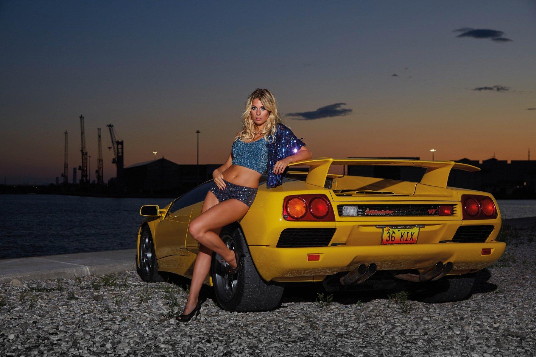 Im Industriehafen von Venedig traf Miss Tuning Vanessa auf einen seltenen Lamborghini Diablo, ein Modell, das nur knapp 3000-mal gebaut wurde. (Foto: Messe Friedrichshafen)