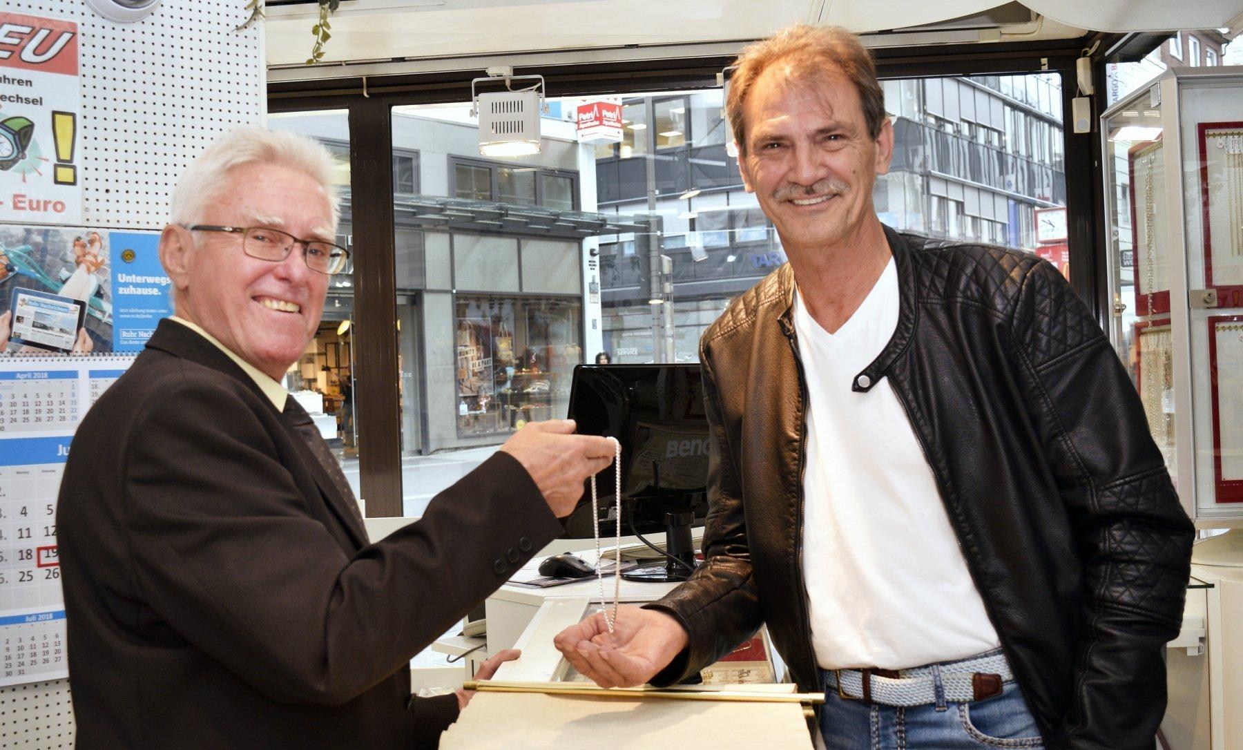 (v. l.) BVB-Fan Jürgen Gollan überreicht die Silberkette an Herbert Schadwell (Foto: IN-StadtMagazine)
