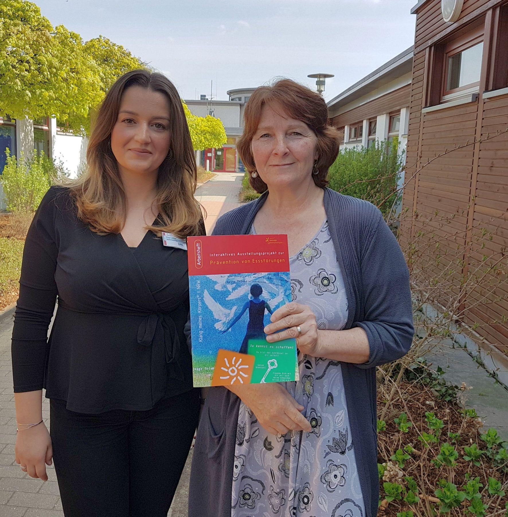 (v. l.) Maja Lonca und Dorothea Rahmann beantworteten die Fragen der Jungreporterinnen vom Helmholtz-Gymnasium. (Foto: LWL/Seifert=