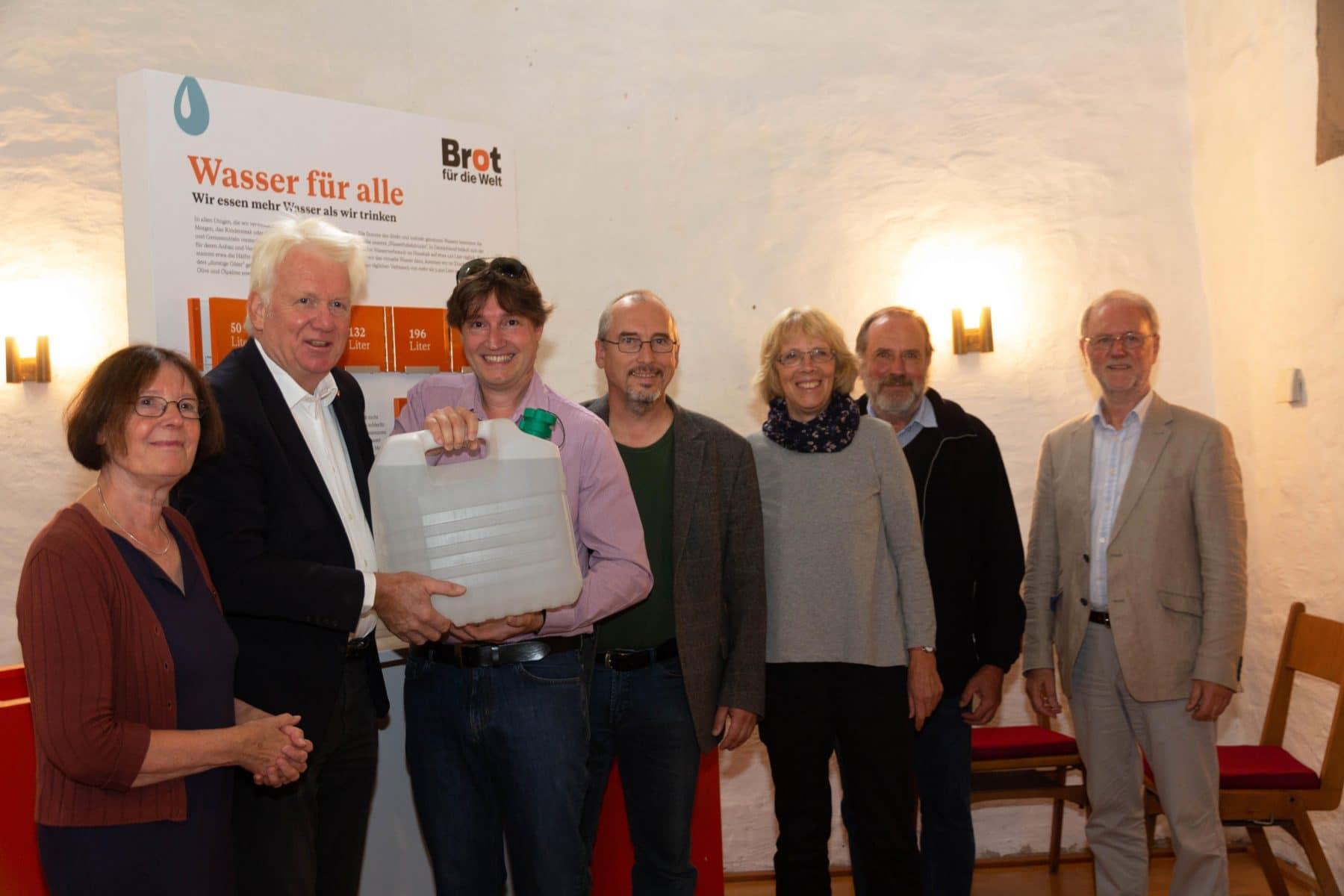 OB Ullrich Sierau mit Mitarbeitern der Weltgruppe Aplerbeck bei der Ausstellungseröffnung. (Foto: Weltgruppe Aplerbeck)