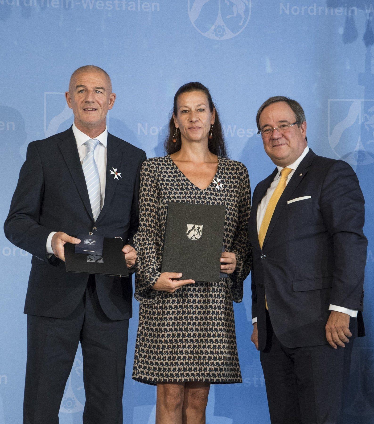 (v. l.) Bernd Krispin, Susanne Krispin und Armin Laschet während der Verleihung (Foto: Land.NRW R. Sondermann)