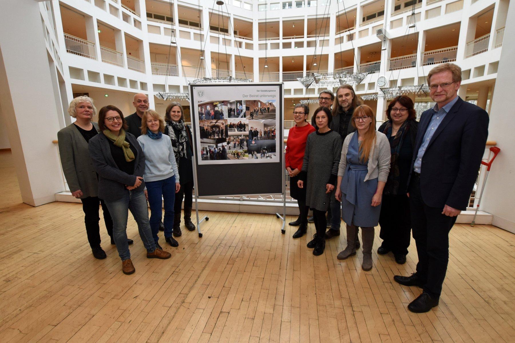 Mitglieder des Gestaltungsbeirats um Planungsdezernent Ludger Wilde (r.) und den Vorsitzenden Prof. Christian Schlüter (4. v. r). (Foto: Anja Kador / Dortmund Agentur)