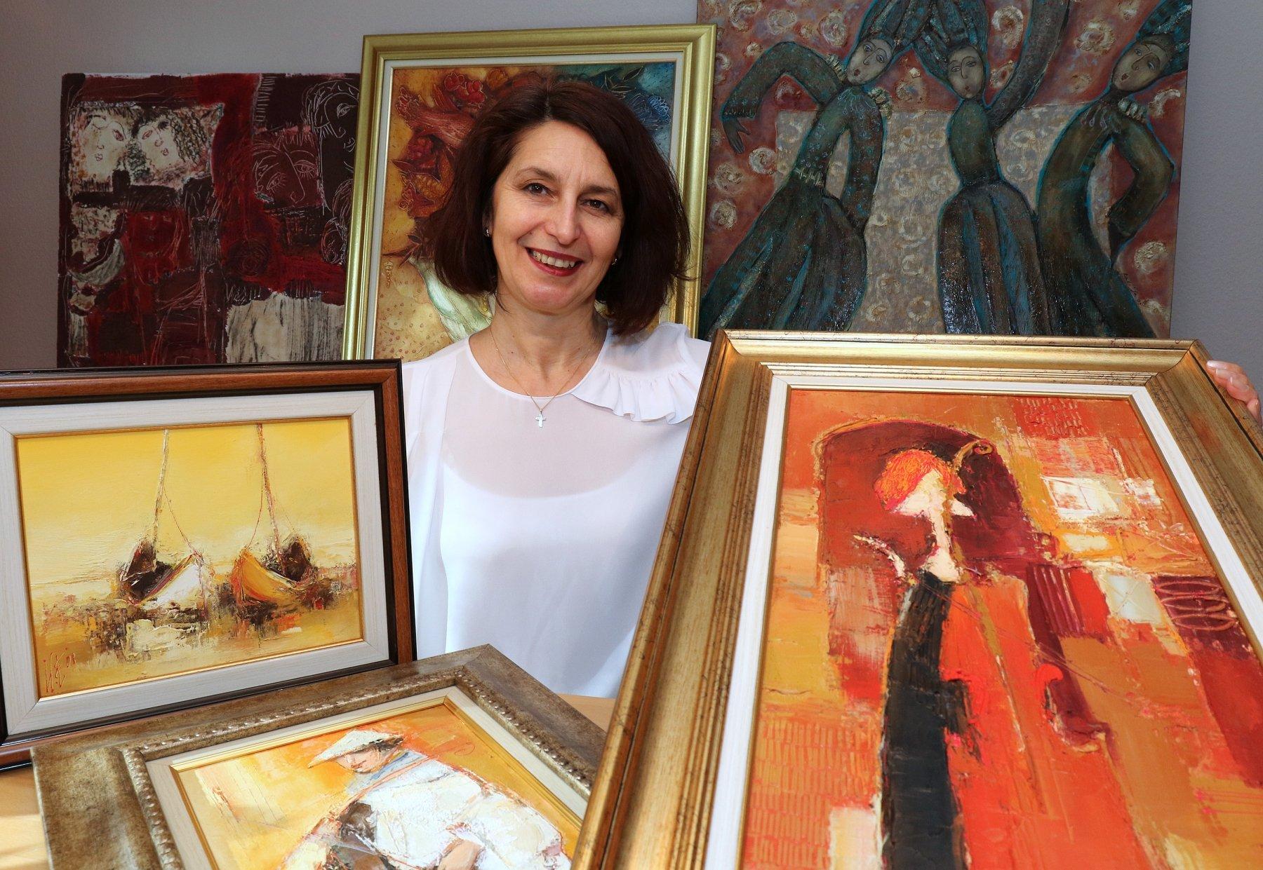 Maria Rouev mit einer kleinen Auswahl aus ihrer Sammlung mit bulgarischer Kunst der Gegenwart. (Foto: Peter Otworowski/Maria Rouev)