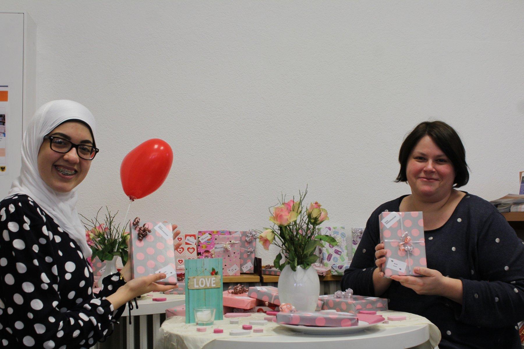 Die Bibliotheksmitarbeiterinnen Chaymae Darssi (l.) und Nicole Ahlf freuen sich auf Sie! (Foto: Birgit Stenert)