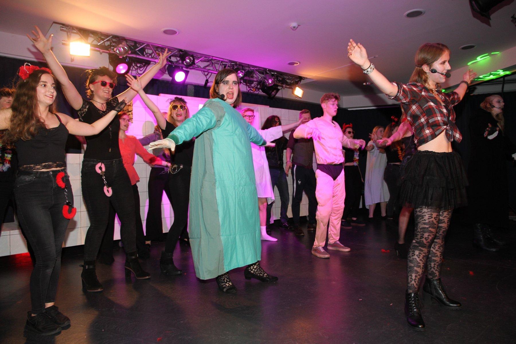 Fetzige Tanzeinlage der Akteure des HHG während der Aufführung auf der Bühne des Pädagogischen Zentrums. (Fotos: IN-StadtMagazine)