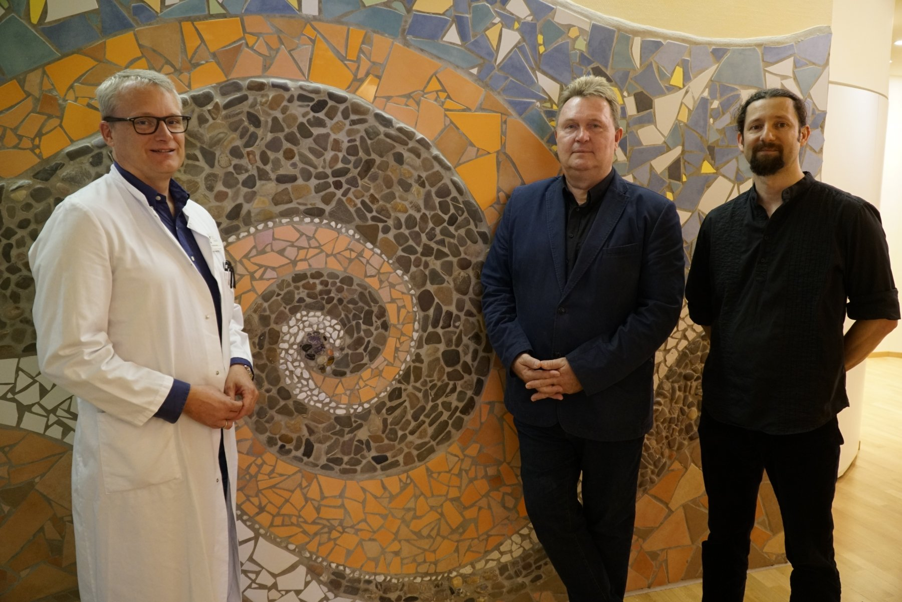 Robert Kaller (2. v. r.), hier mit seinem Mitarbeiter Ingo Fröhlich (r.), entwickelte in enger Absprache mit Dr. Christoph Hemcke (l.) die Ideen für die Kreißsaalgestaltung. (Foto: IN-StadtMagazine)