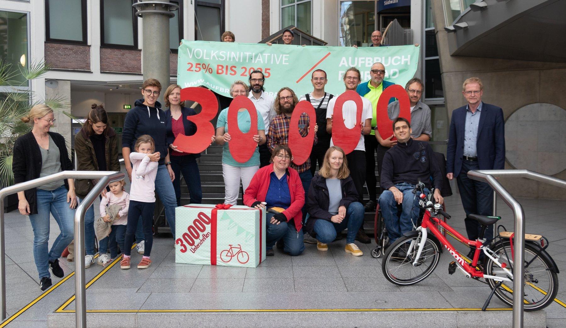 Das Team Aufbruch Fahrrad Dortmund übergab die Unterschriften an den Planungsdezernenten Ludger Wilde. (Foto: Aufbruch Fahrrad Dortmund)