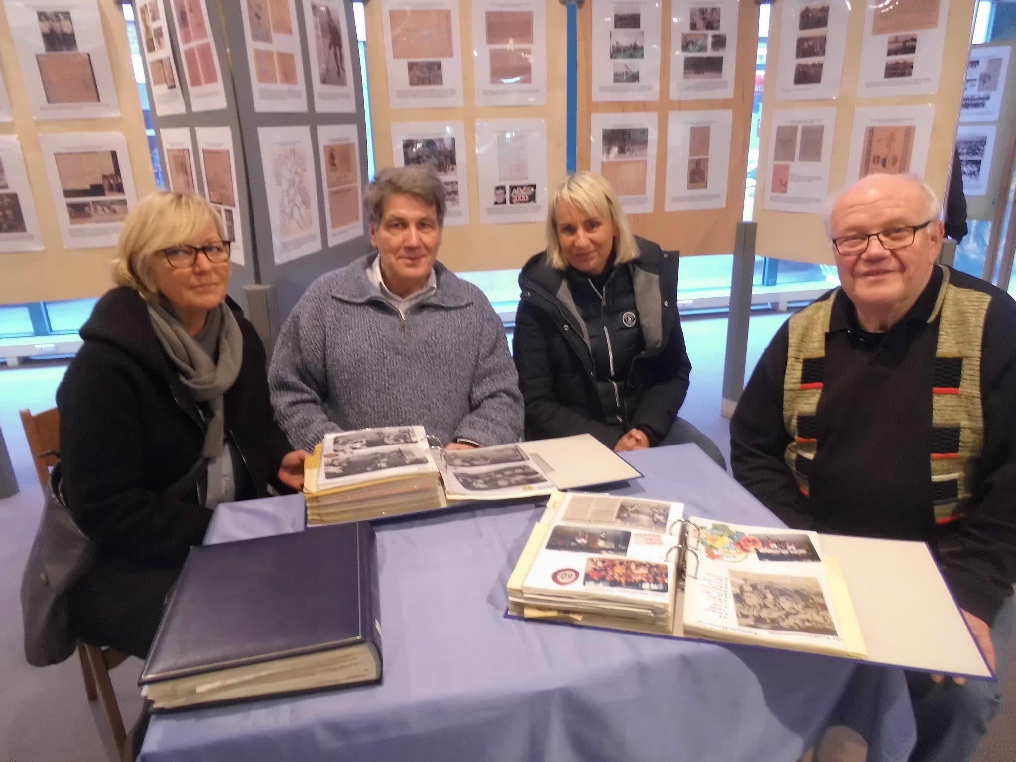 Sabine Jacobi, Ralf Konecki und Anke Wellner zeigen die Sportalben ihrer Väter aus der TuS Eintracht-Zeit. (r. Heinz Schlender); (Foto: privat)