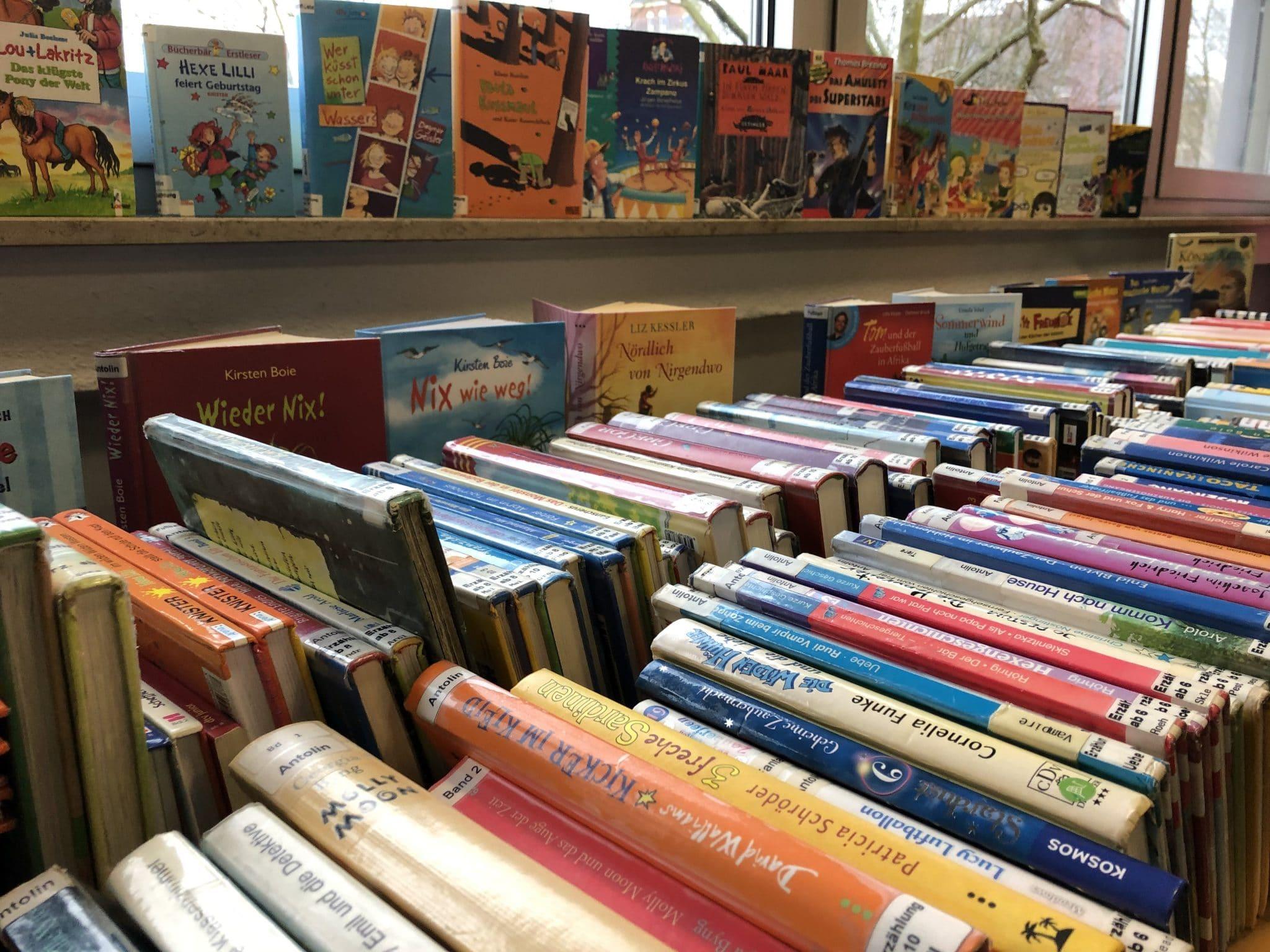 Farbige Exhibitionistin Wird In Der Bibliothek Gebumst