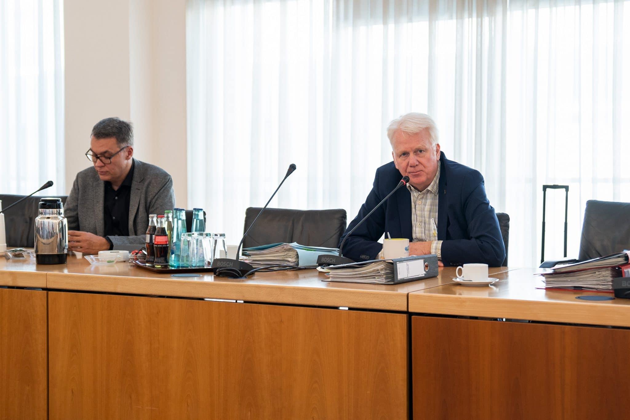 Oberbürgermeister Ullrich Sierau bei der Pressekonferenz am 17.03.2020. Auch bei der PK wurde der geforderte Mindestabstand eingehalten. (Foto: IN-Stadtmagazine)