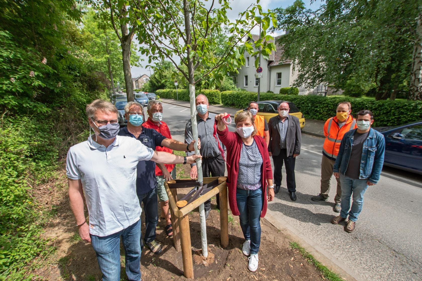 """Anwohner der Allerstraße übernehmen spontan die Patenschaft für """"ihre"""" Jungpflanzen. (Fotos: Roland Gorecki, Dortmund-Agentur)"""
