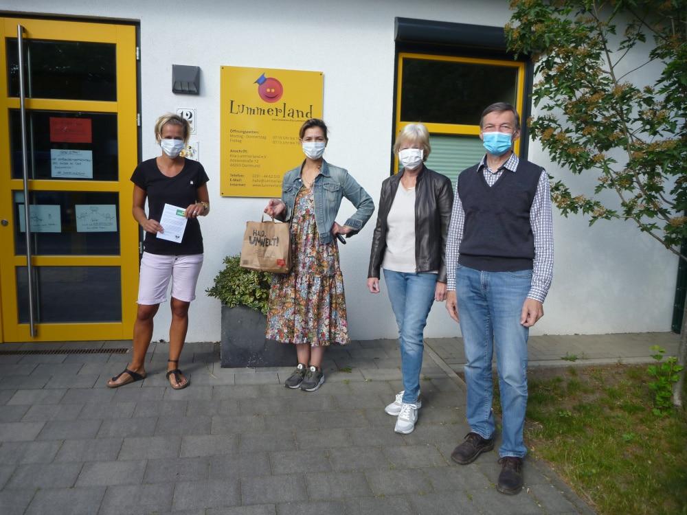 (v. r.) die GRÜNEN Walther Heuner und Ursula Hertel sowie zwei Mitarbeiterinnen der Kita Lummerland. (Foto: GRÜNE)