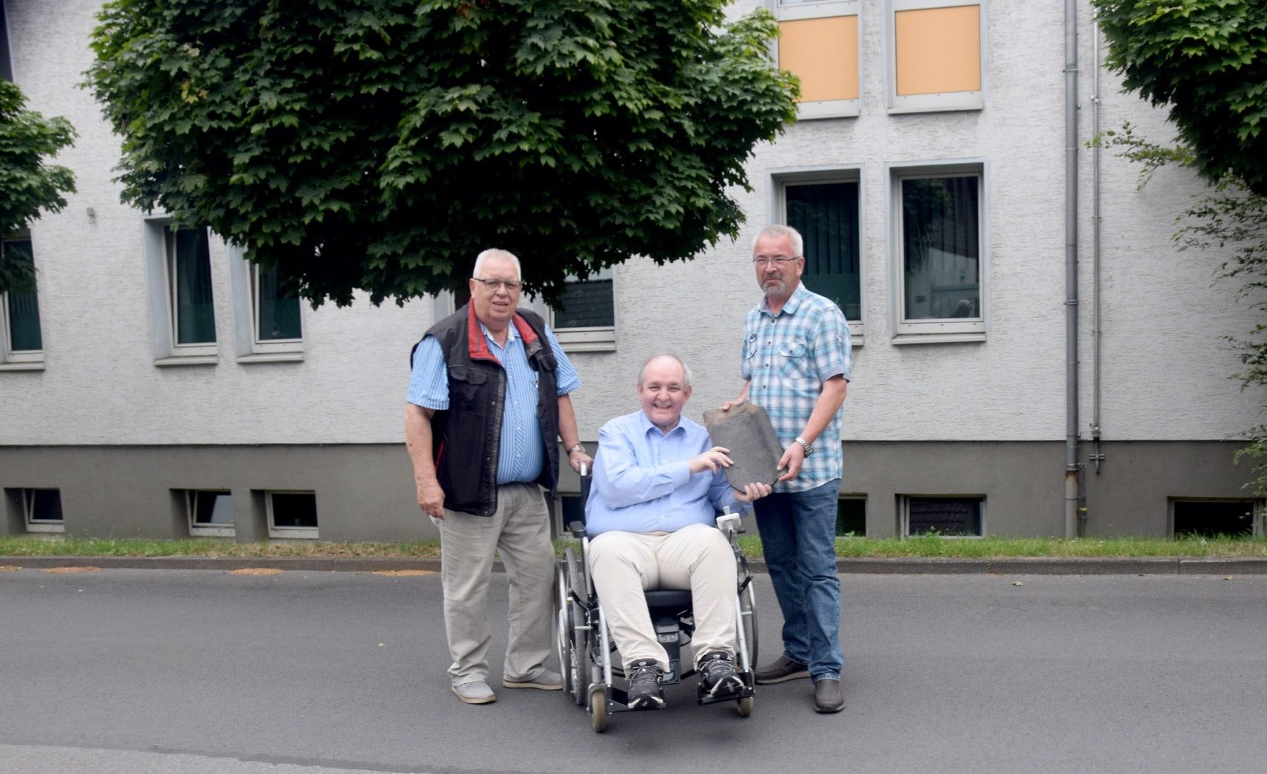 Dirk Falkenrich (r.) übergibt die Dachpfanne an Dr. Günter Spranke (M.) und Dieter Eichmann. (Foto: privat)