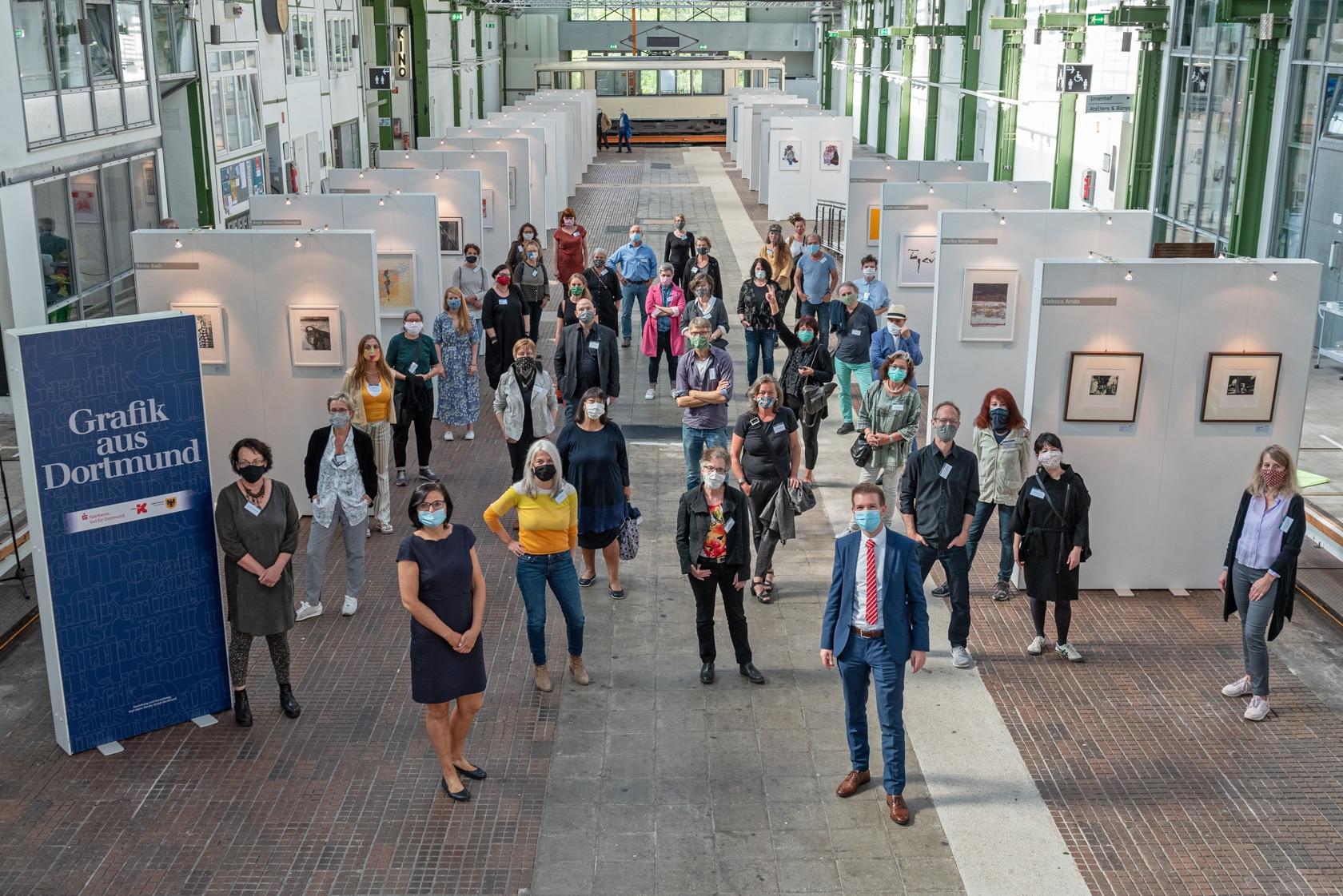 Alle teilnehmenden Künstler*innen in der Ausstellung. (Foto: Roland Gorecki, Dortmund Agentur)