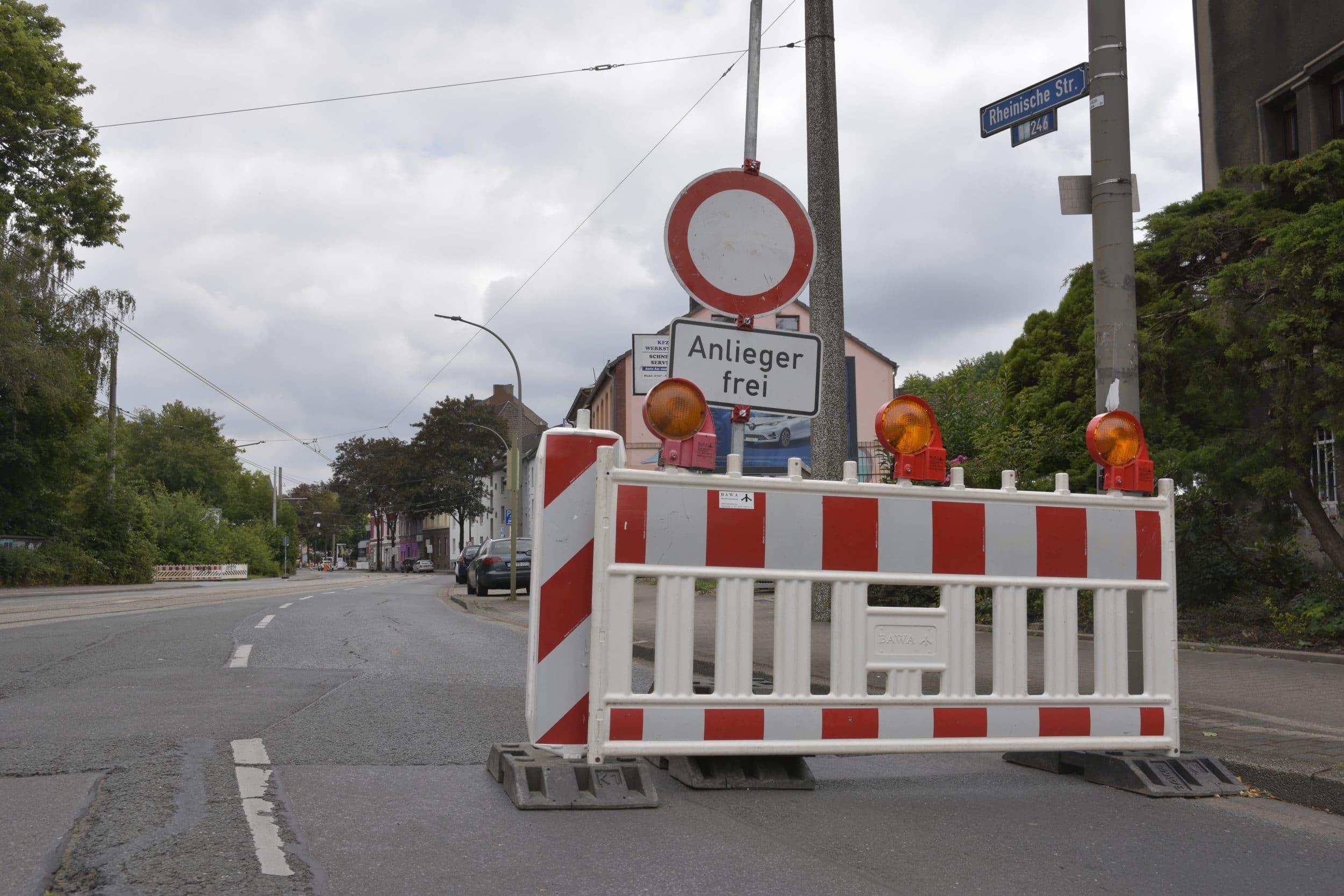 Dieses Schild sprach eine andere Sprache als die ursprüngliche Pressemeldung zur Baustelle. Und tatsächlich: Wer stadteinwärts die freie Spur der Rheinischen Straße nutzt, kann zur Kasse gebeten werden. (Foto: IN-StadtMagazine)