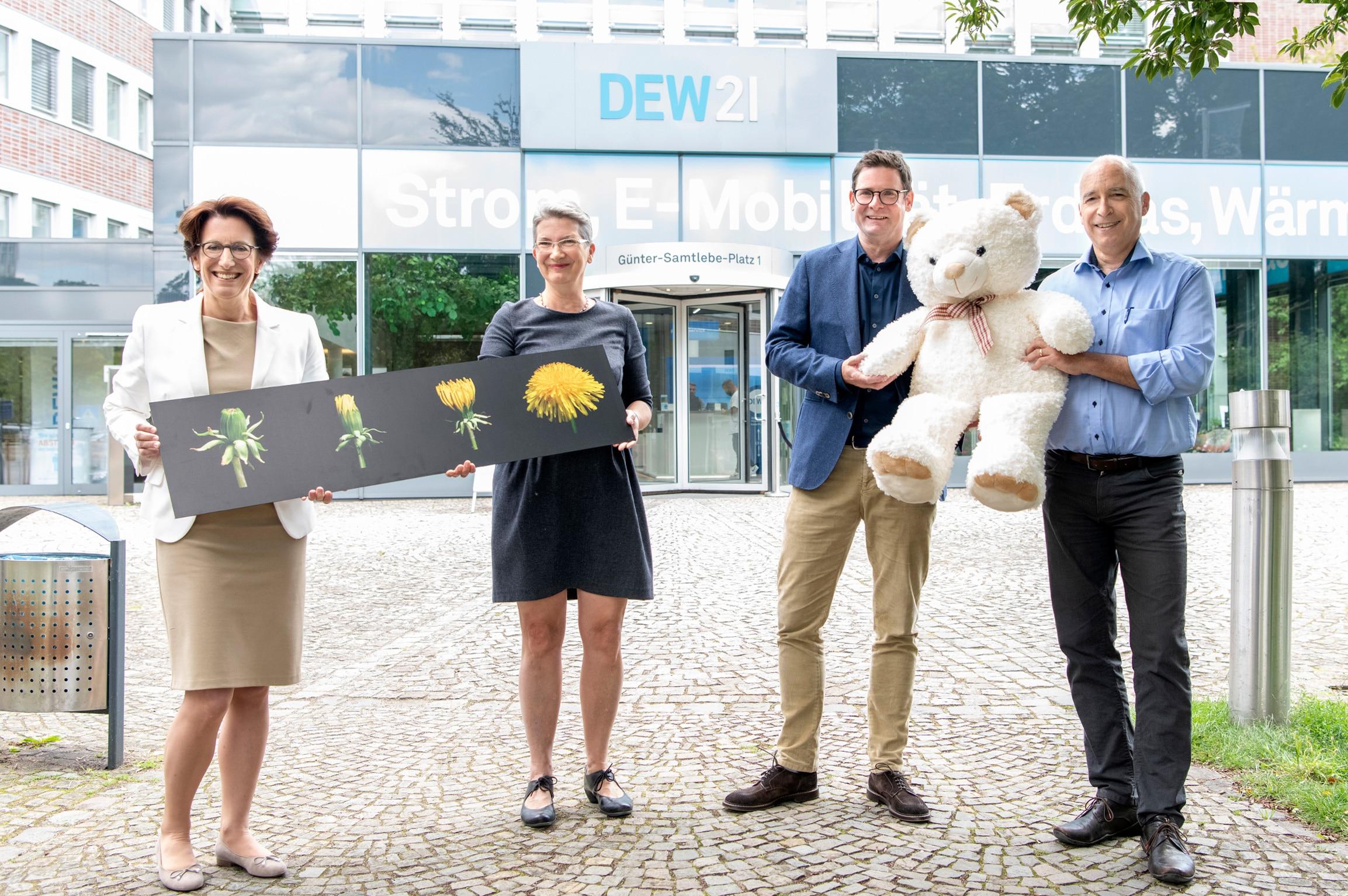 Heike Heim, Vorsitzende der DEW21 Geschäftsführung (l.) und Dominik Gertenbach, Leiter Vertrieb DEW21 (2.v.r.) trafen sich mit Beate Schwedler und Thorsten Haase, beide Vorsitzende des Trägervereins des Ambulanten Kinder- und Jugendhospizdienstes Löwenzahn. (Foto: Frauke Schumann)