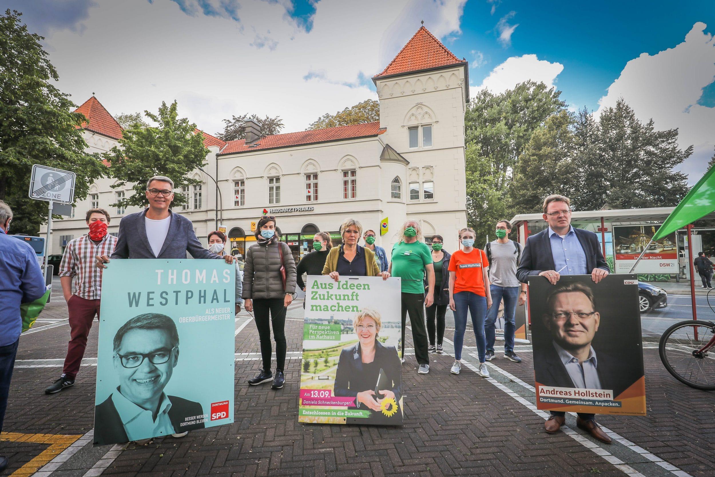 Die großflächige Inanspruchnahme von öffentlichem Raum durch rechte Plakate im Umfeld des Dorstfelder Wilhelmplatzes wollten Thomas Westphal (SPD), Daniela Schneckenburger (Grüne) und Andreas Hollstein (CDU, v. l.) nicht unbeantwortet lassen. (Foto: IN-StadtMagazine)