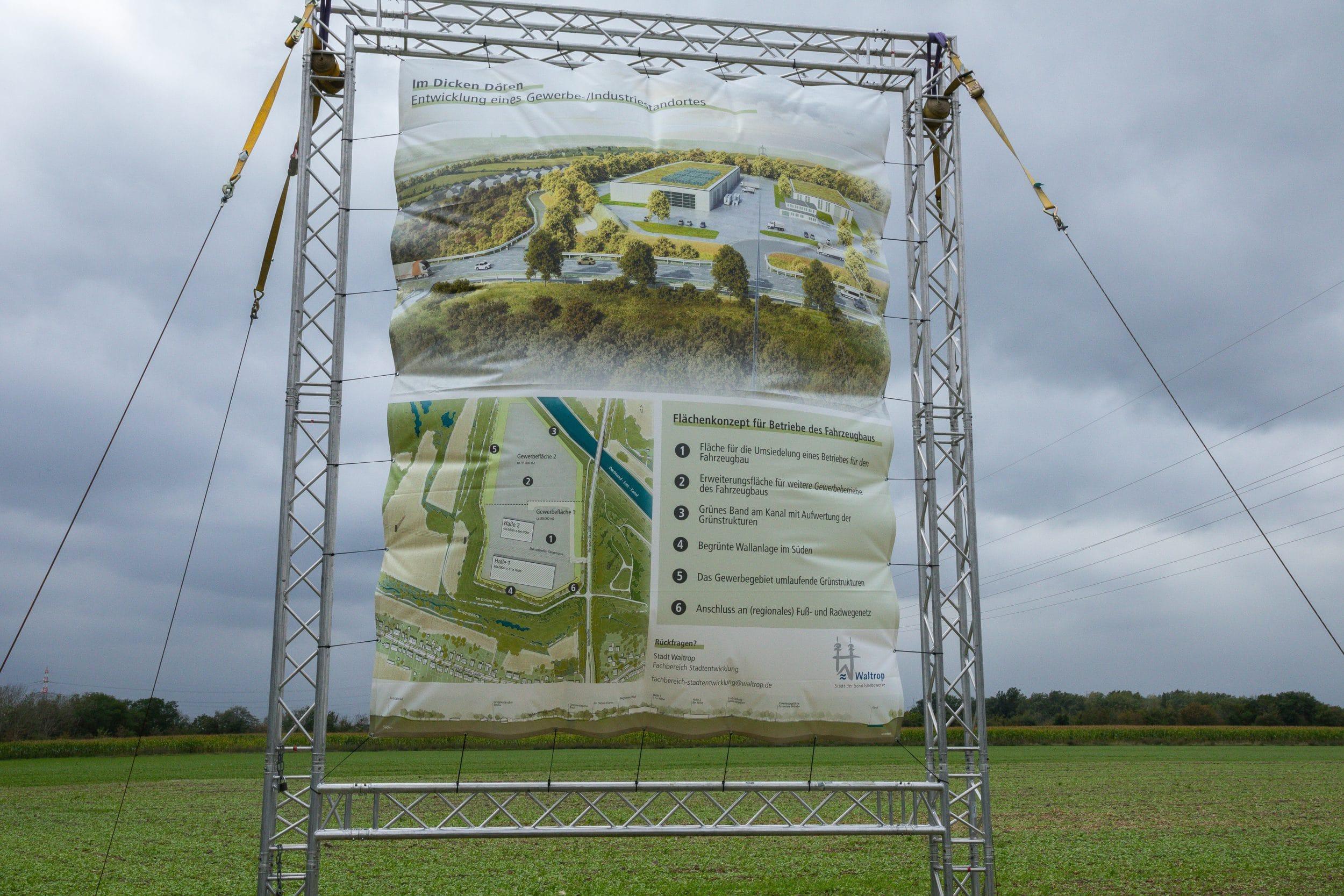"""Ein von der Stadt Waltrop aufgestelltes Bauschild weist auf das Bauvorhaben """"Im dicken Dören"""" hin. (Fotos: IN-StadtMagazine)"""