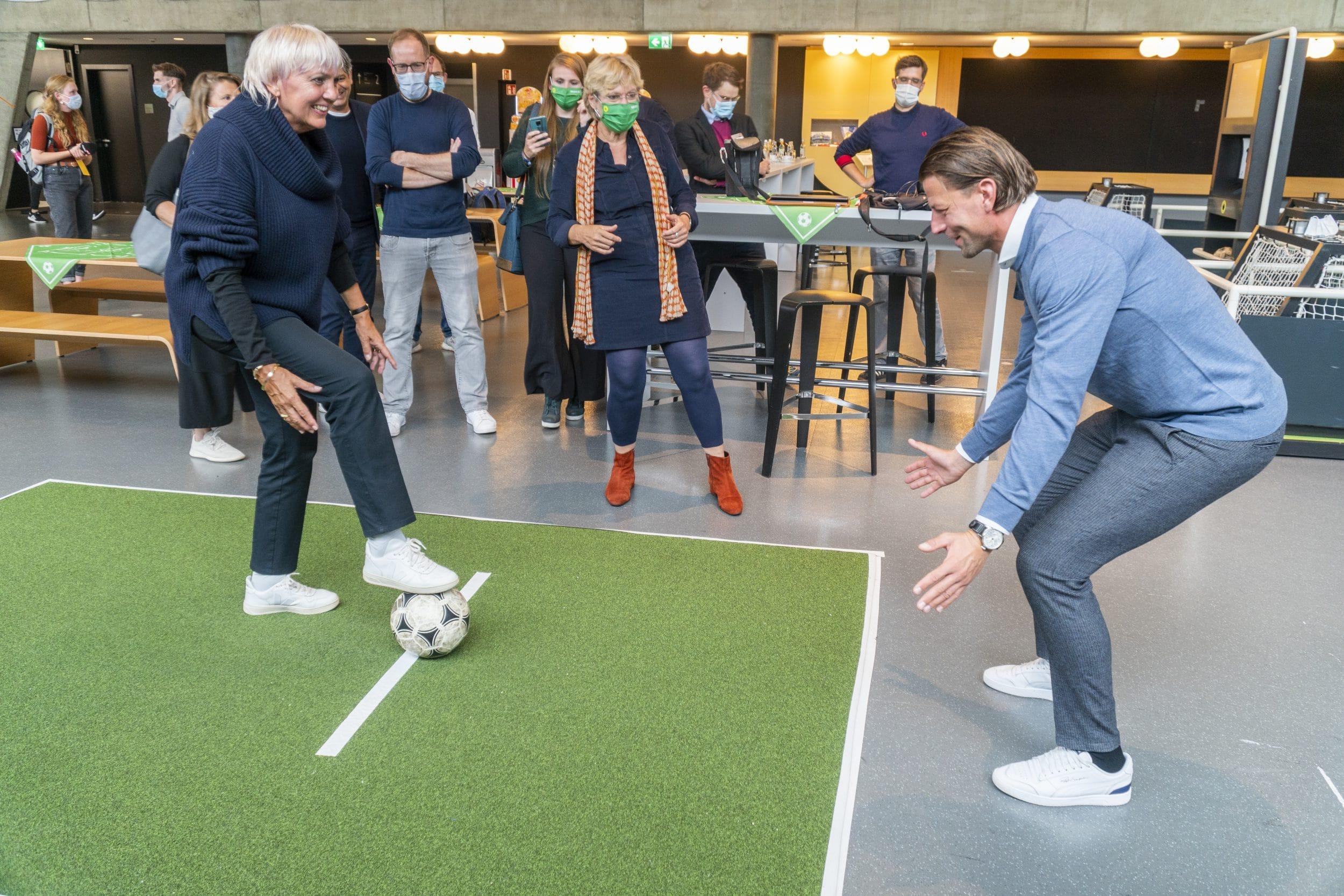 Vizepräsidentin des Deutschen Bundestages Claudia Roth (l.) und Weltmeister Roman Weidenfeller (r.) spielten sich die Bälle zu. (Fotos: IN-StadtMagazine)