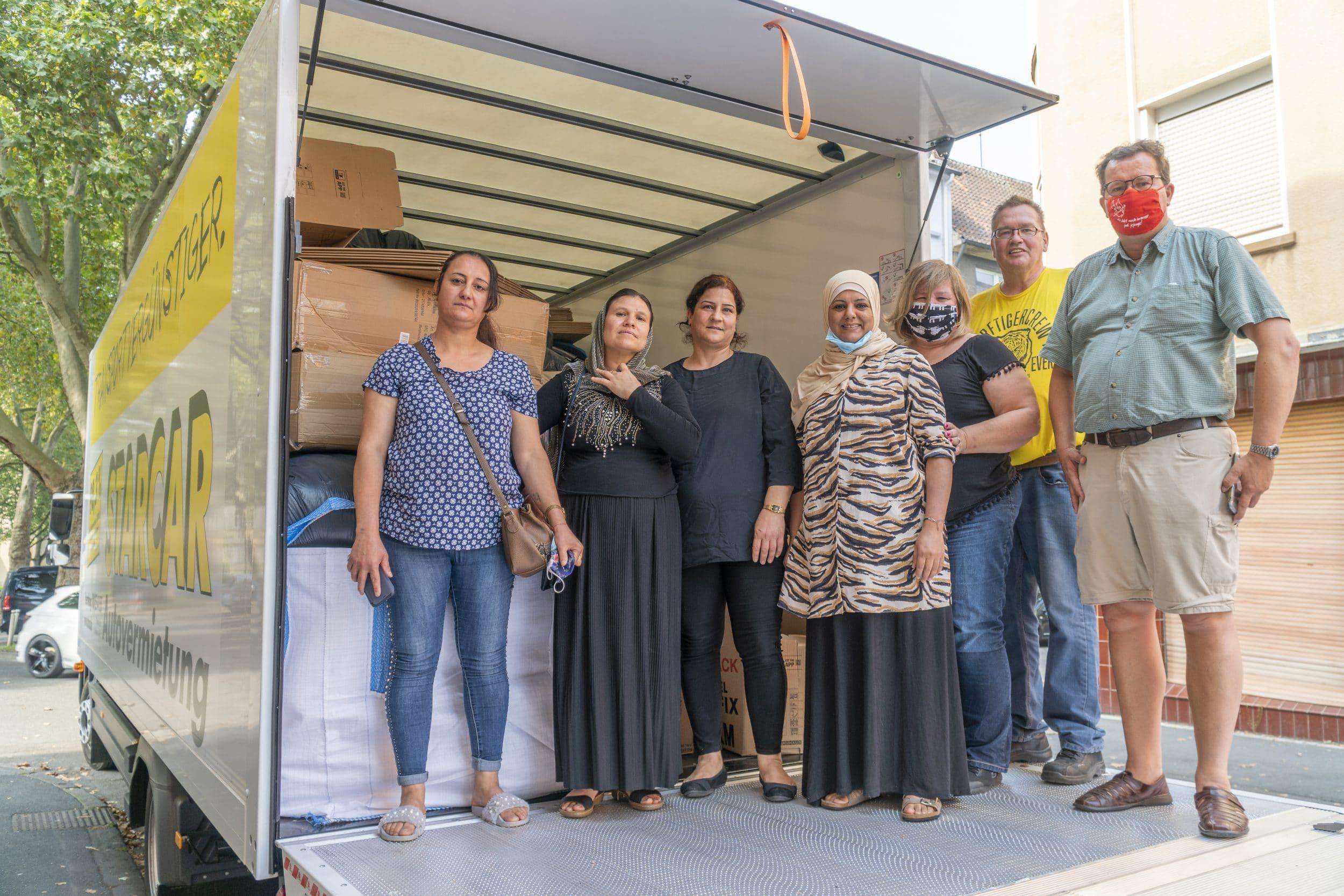 Gemeinsam beluden (v. l.) Mahwar, Kanzi, Basma, Haniya, Fabiola, Timo und Tino den LKW zur Fahrt nach Nettetal. (Fotos: IN-StadtMagazine)