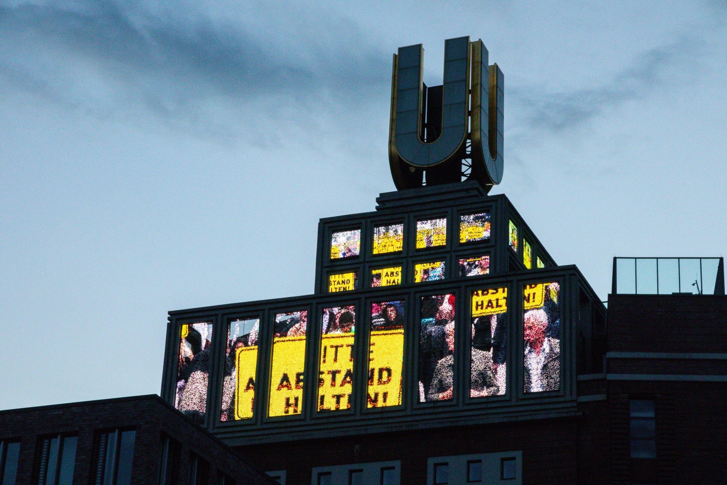 """Die """"Fliegenden Bilder"""" am Dortmunder U sind in die Jahre gekommen und teils beschädigt. Nun startet die Erneuerung. (Foto: IN-StadtMagazine)"""