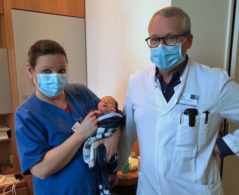 Ilyas mit Chefarzt Dr. Christoph Hemcke und Krankenpflegerin Gabriele Hosemann. (Foto: Kath. St. Lukas Gesellschaft mbH)