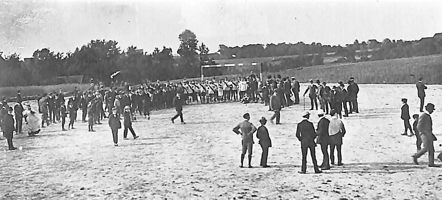 Vor dem 1. BVB-Spiel der Geschichte am 15. 1. 1911 gegen VfB Dortmund, das der BVB mit 9:3 gewann. (Foto: privat)