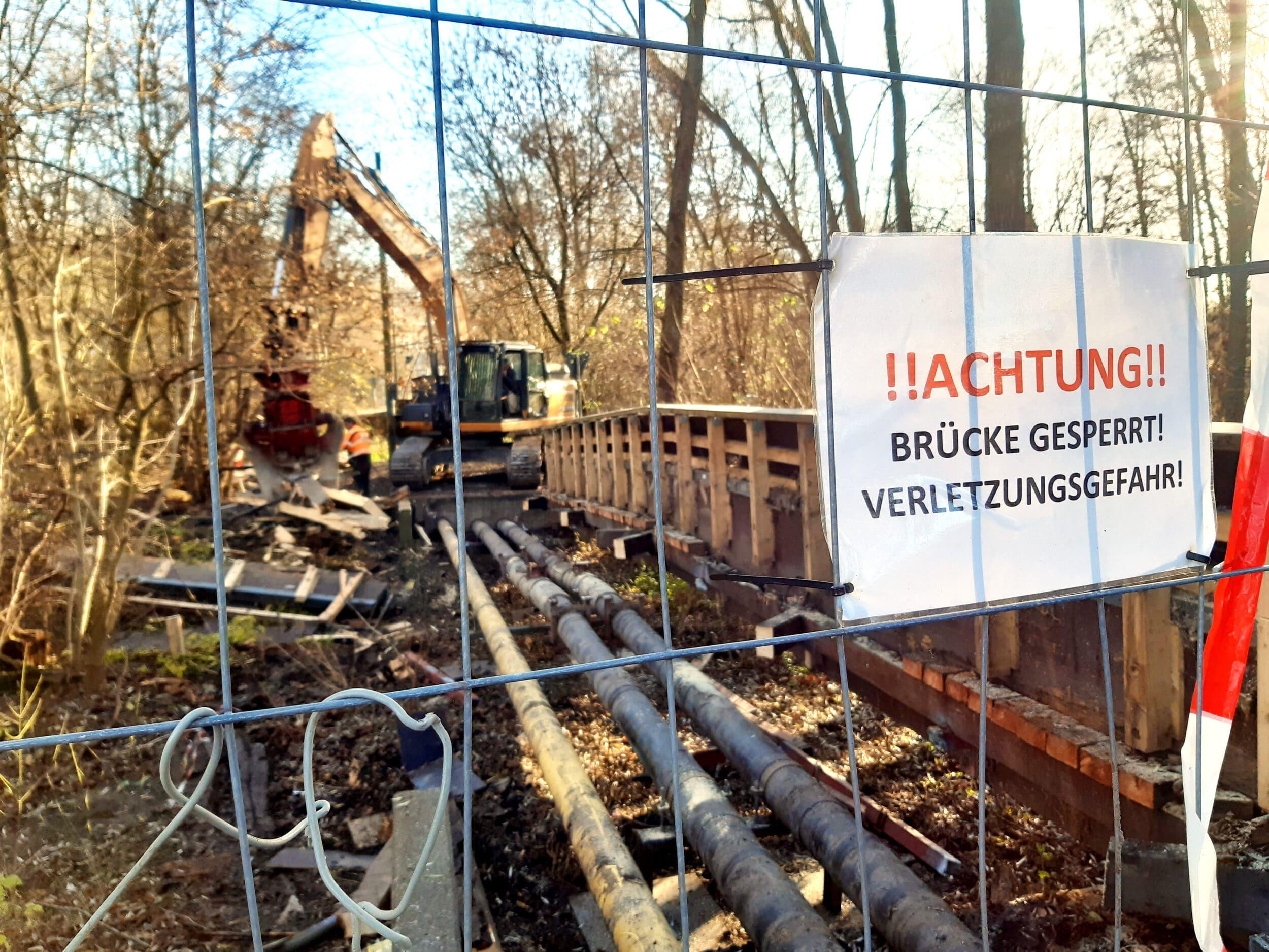 Die kleine Brücke zwischen dem Revierpark Wischlingen und der Wilhelm-Busch-Realschule wird abgerissen. (Foto: IN-Stadtmagazine)