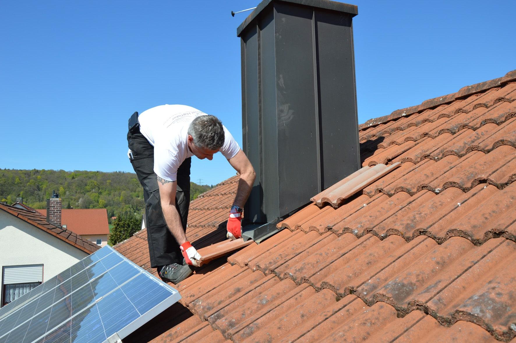 Beim DachCheck wird nicht nur die Dacheindeckung, sondern alle Dachkomponenten wie Kaminbekleidungen und Solaranlagen überprüft. (Foto: Dachdecker Verband Nordrhein)