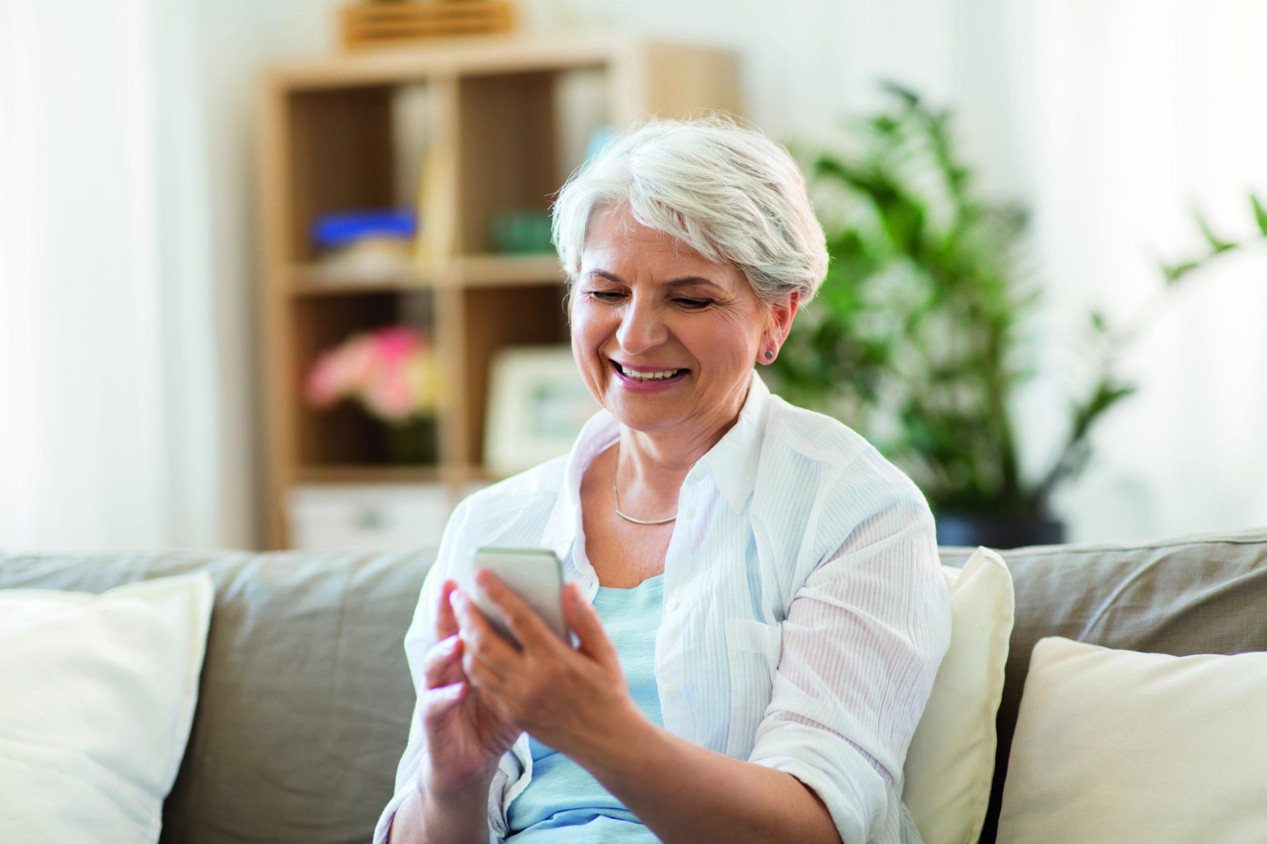 Auch ältere Menschen entdecken die Vorteile von Smartphone-Apps für sich. (Foto: txn dolgachov/123rf)
