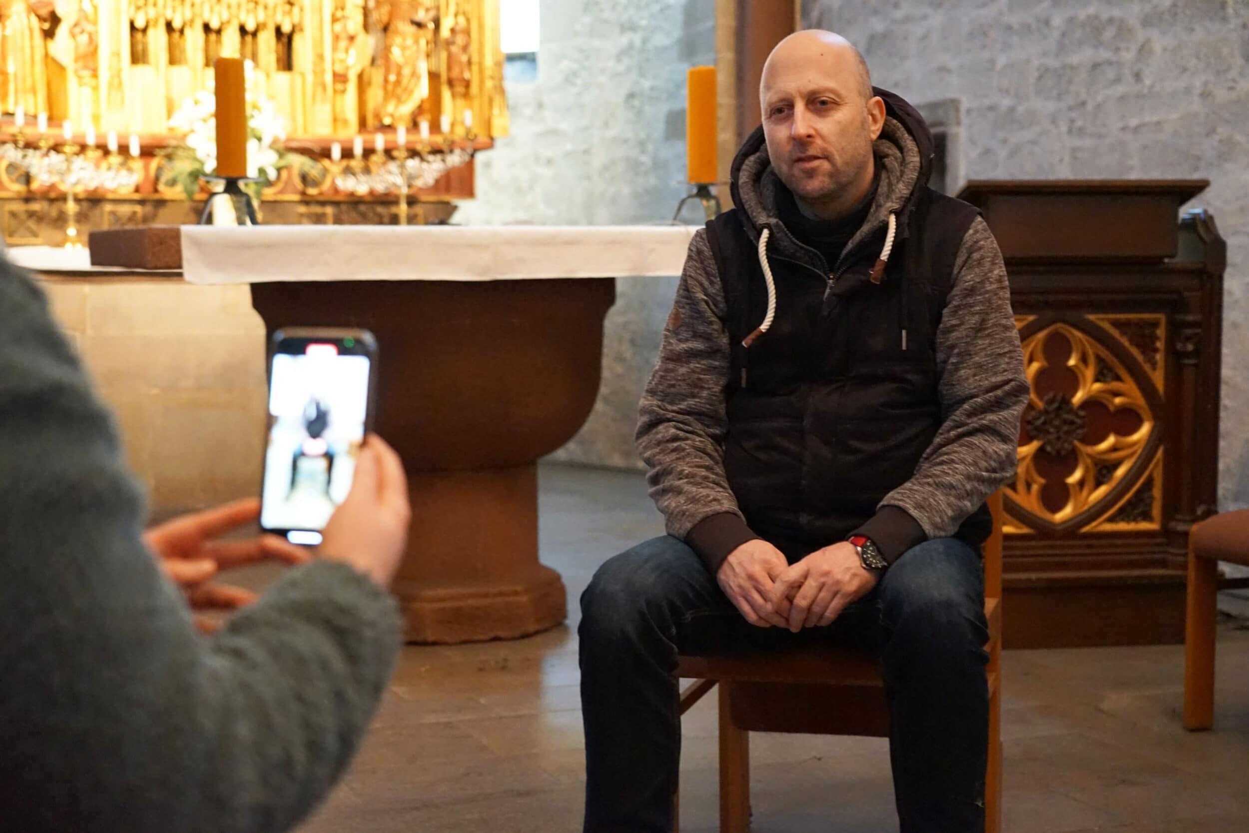 """Michael Thiedig gibt in der St. Josef-Kirche in Kirchlinde Anleitungen zur Meditation, die als Videoimpulse bei der Fastenaktion der """"jungen kirche dortmund"""" eingesetzt werden. (Foto: Michael Bodin / Erzbistum Paderborn)"""