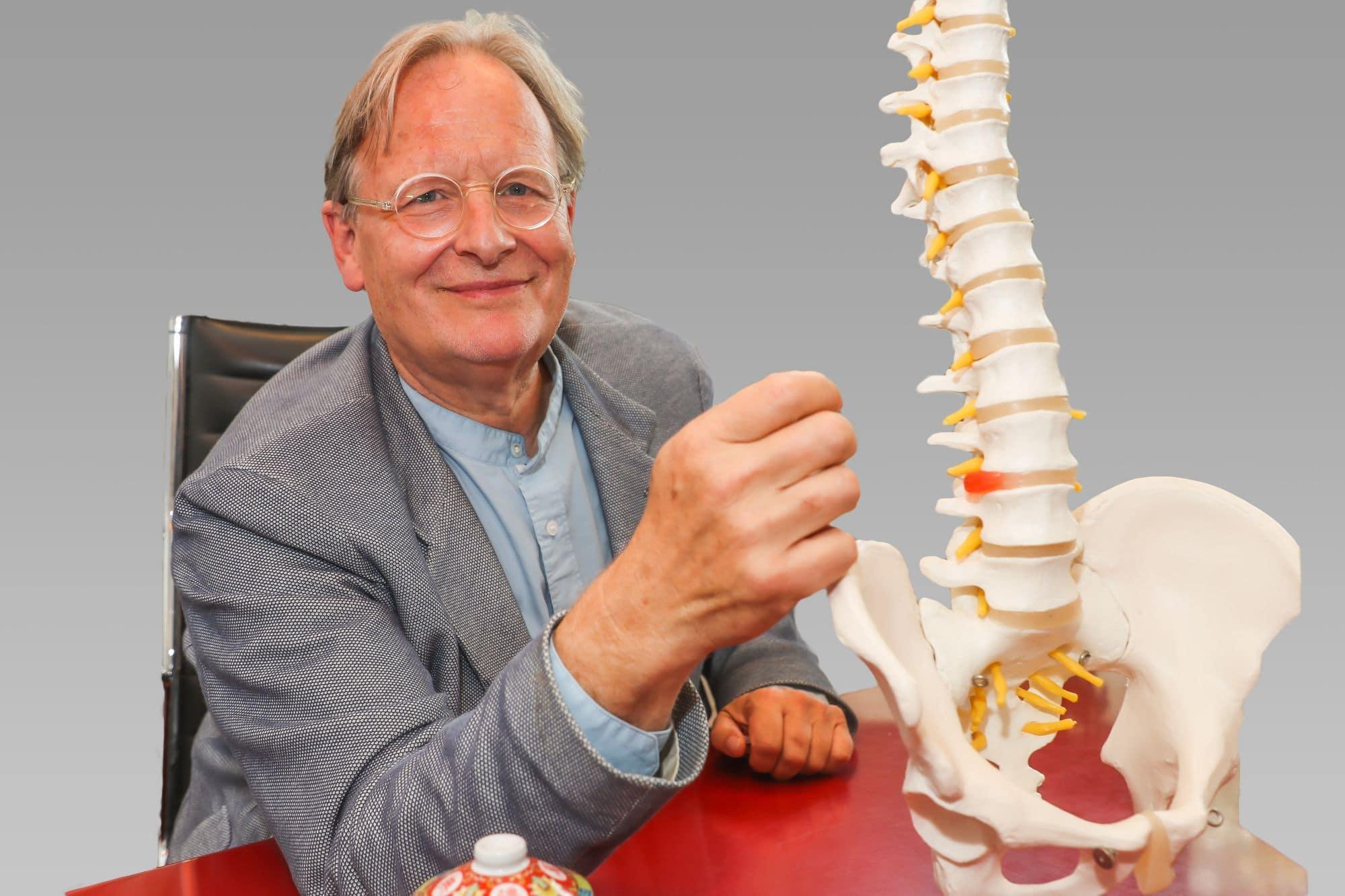 Prof. Dr. Dietrich Grönemeyer mit dem Modell  einer Wirbelsäule, das einen Bandscheibenvorfall darstellt. (Foto: Stephan Schütze)