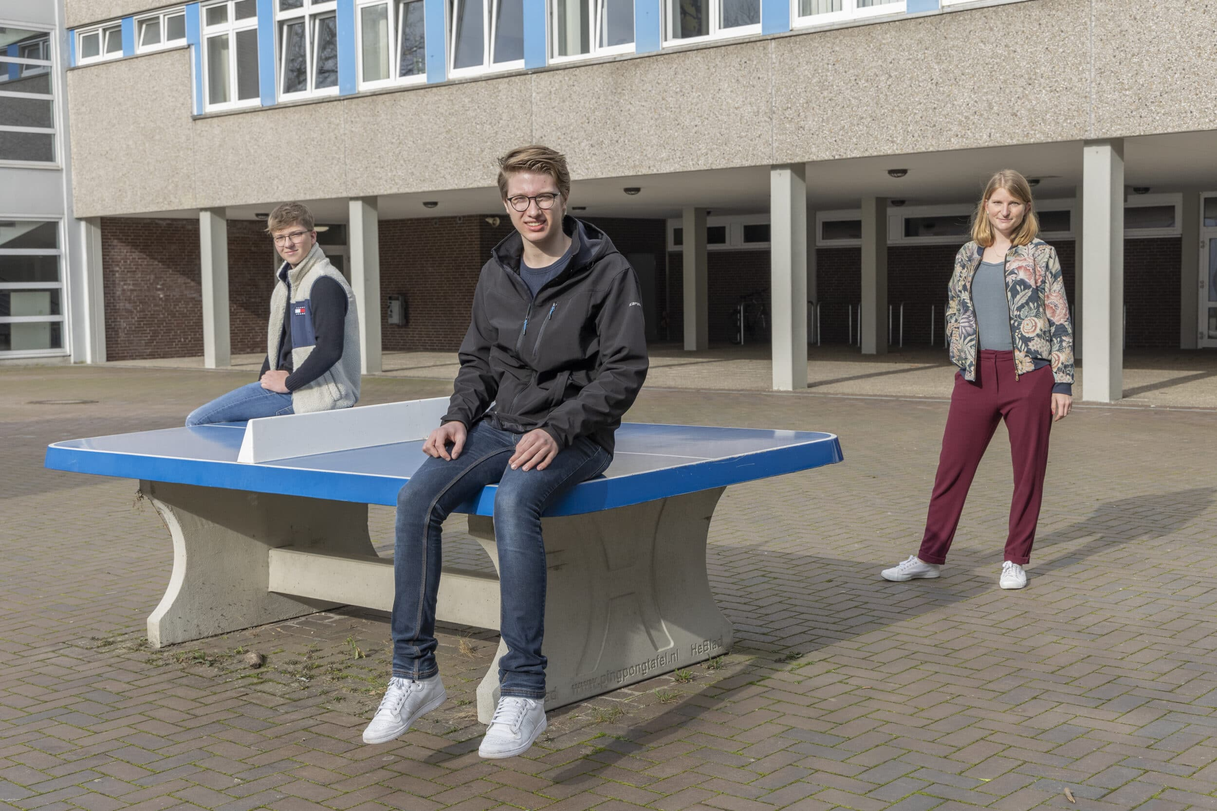 Jonathan und Lennart vom Bert-Brecht-Gymnasium gemeinsam mit ihrer Kursleiterin, Beate Black-Brothersen (v. l.)