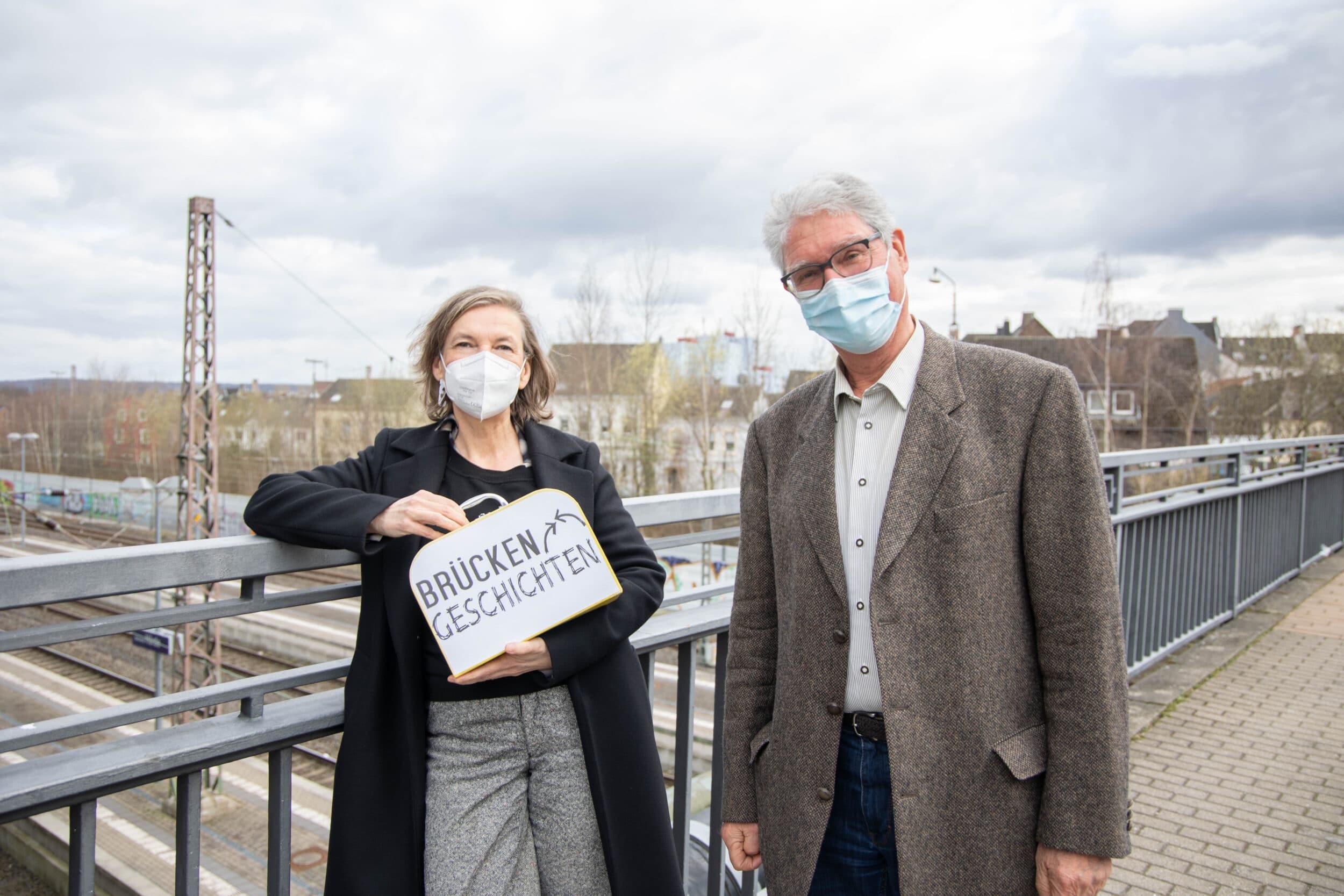 """Künstlerin Silvia Liebig und Jochen Deschner vom Verein Hörde International haben gemeinsam die """"Brückengeschichten"""" erdacht. (Fotos: Wir in Dortmund)"""