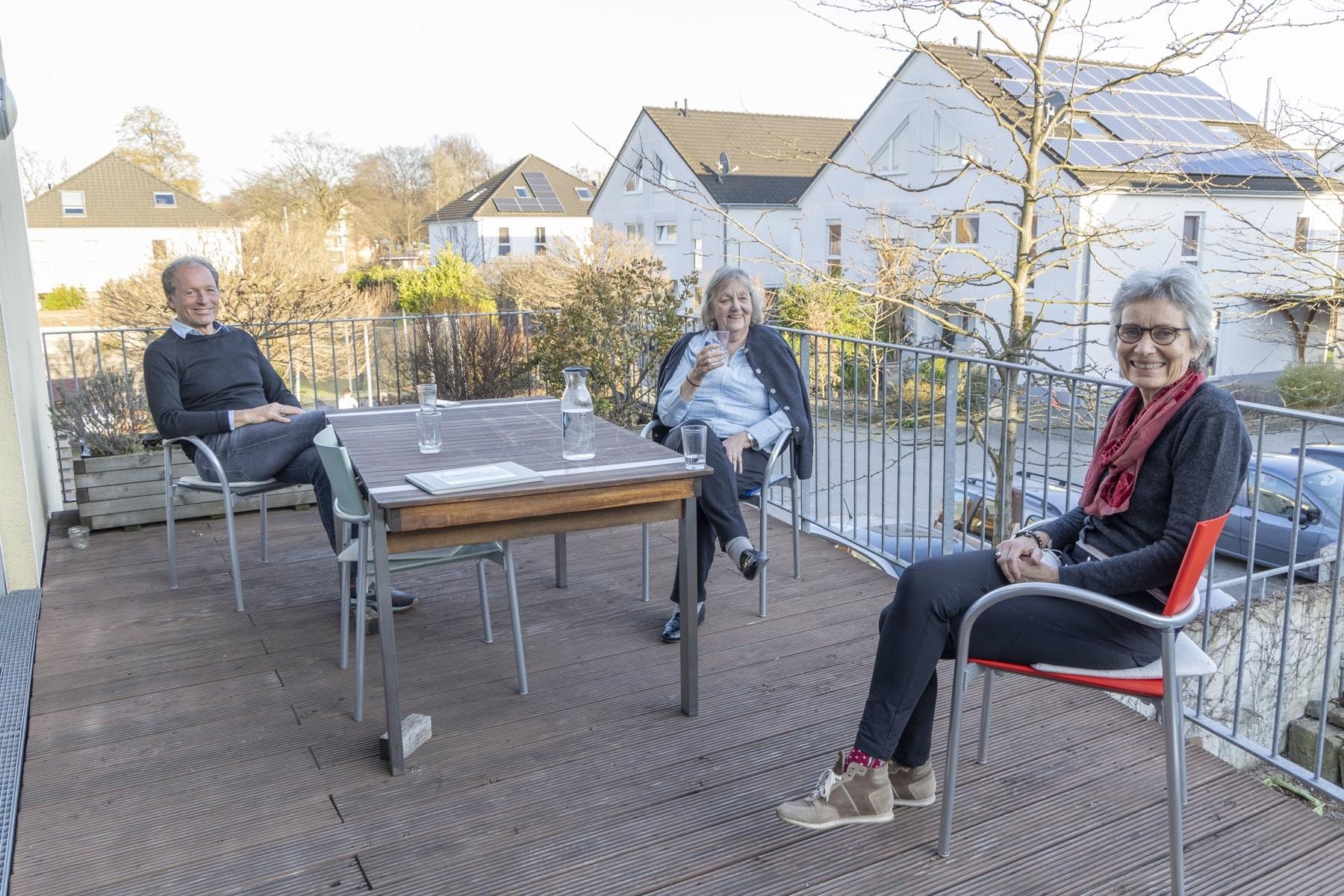 """(v. l.) Matthias Siepmann, Erika Neumann und Sabine Kramer halten dem Wohnprojekt seit Beginn an die Treue. So schwer """"mehr Abstand"""" aktuell auch fällt – über ihre vor knapp zwei Jahrzehnten ergriffene Initiative sind sie auch heute noch glücklich. (Foto: Wir in Dortmund)"""