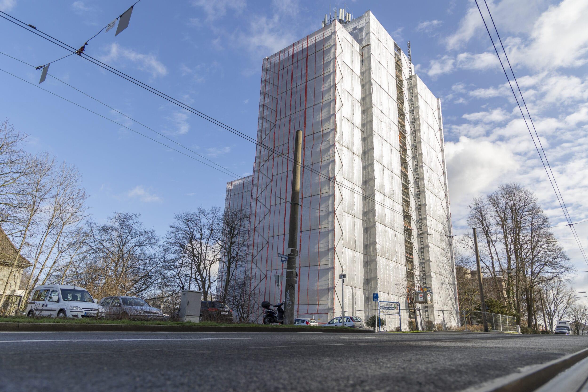 Das Spicherner Dreieck präsentiert sich derzeit verpackt. Fünfzehn in Plane eingeschlagene Stockwerke lassen den Wohnkomplex wie ein Kunstobjekt wirken. (Foto: Wir in Dortmund)