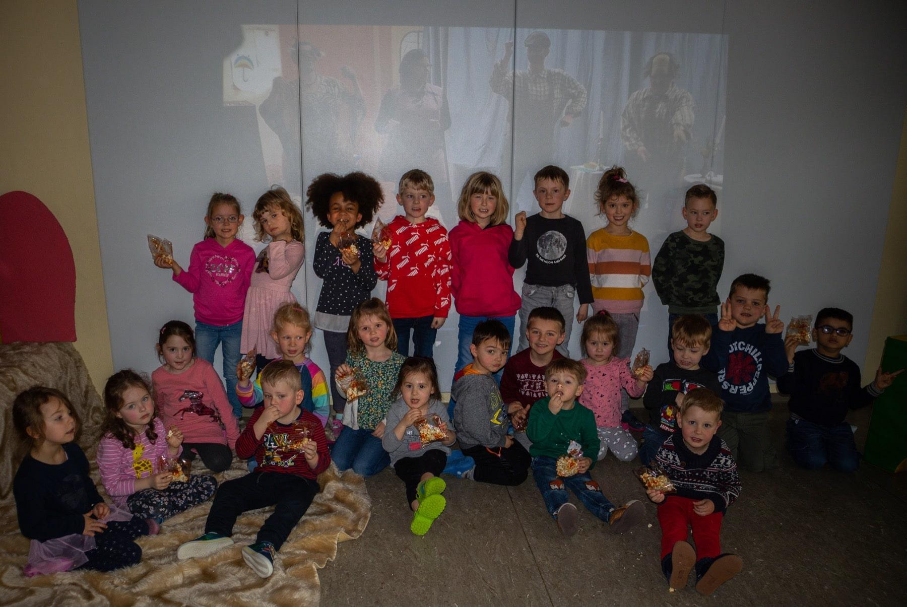 Die glücklichen Kids nach der Vorstellung im Bewegungsraum der Kita Kinderbusch. (Foto: Wir in Dortmund)