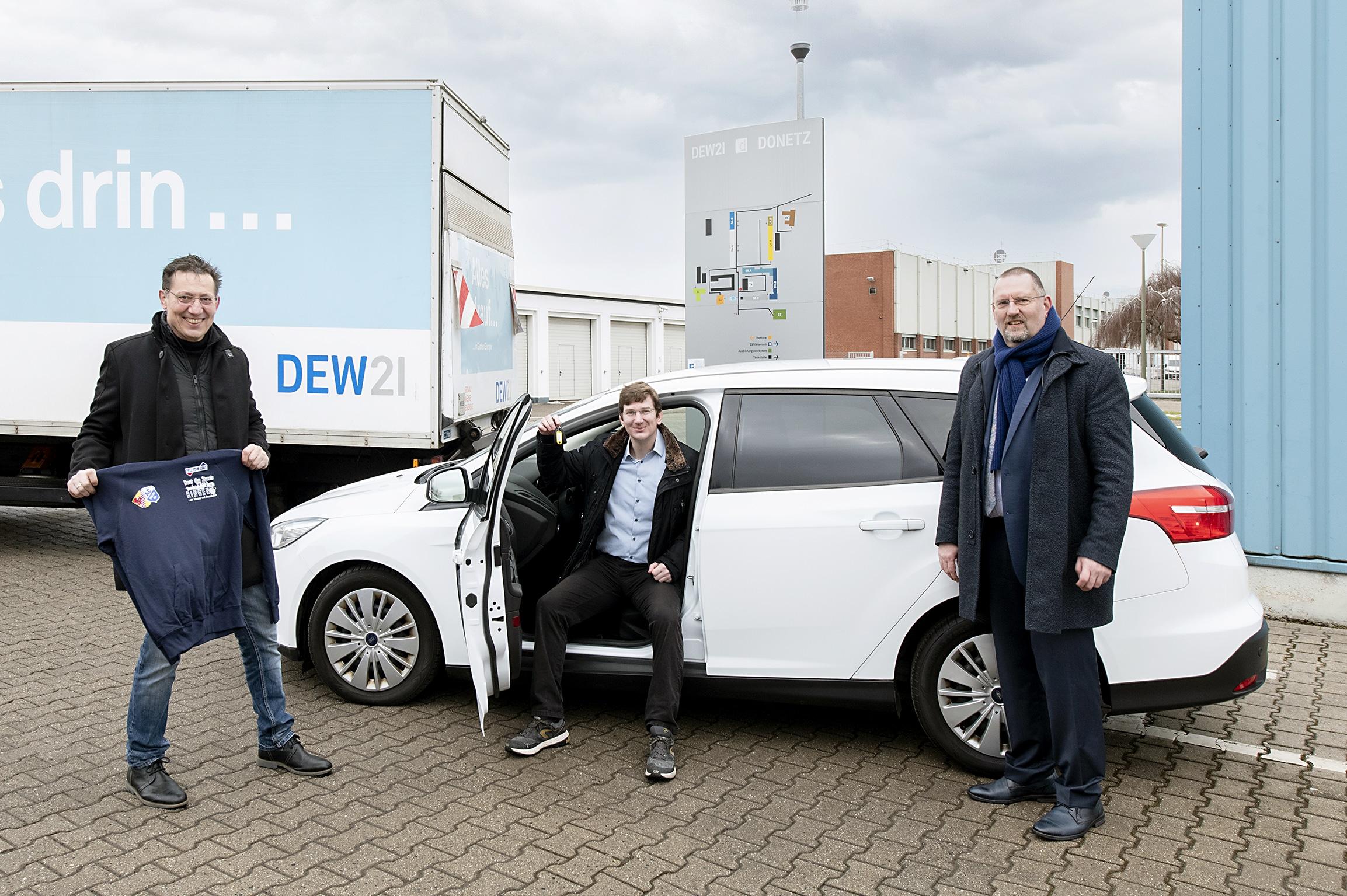 (v. l.) Frank Markeljc und Stefan Zwick vom AC Hörde 04 und Dirk Wittmann, Personal-Geschäftsführer der DEW21. (Foto: Frauke Schumann)