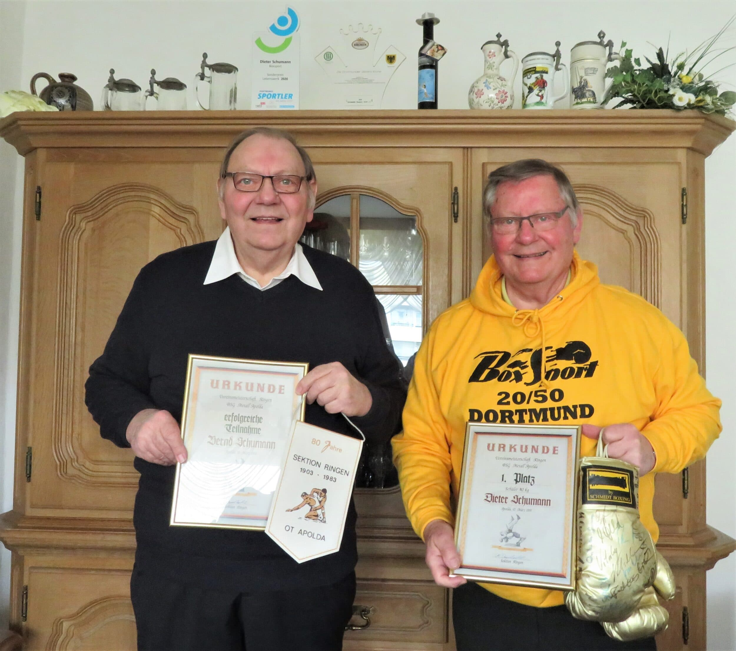 (v. l.): Bernd und Dieter Schumann mit den Urkunden. (Foto: DBS 20/50)