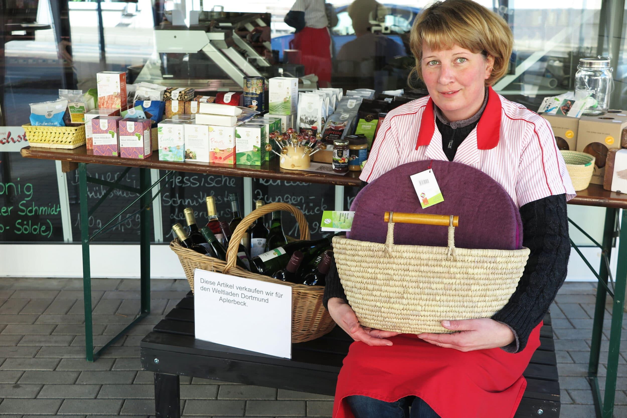 Die Fleischerei Bachstein unterstützt den Weltladen Aplerbeck: Anja Bachstein mit den Weltladenprodukten. (Fotos: IN-StadtMagazine)
